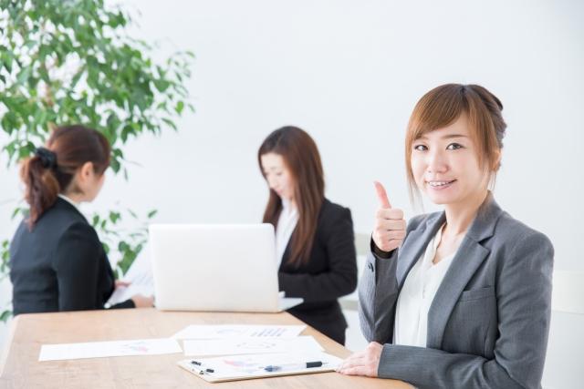 笑顔で仕事をしている女性
