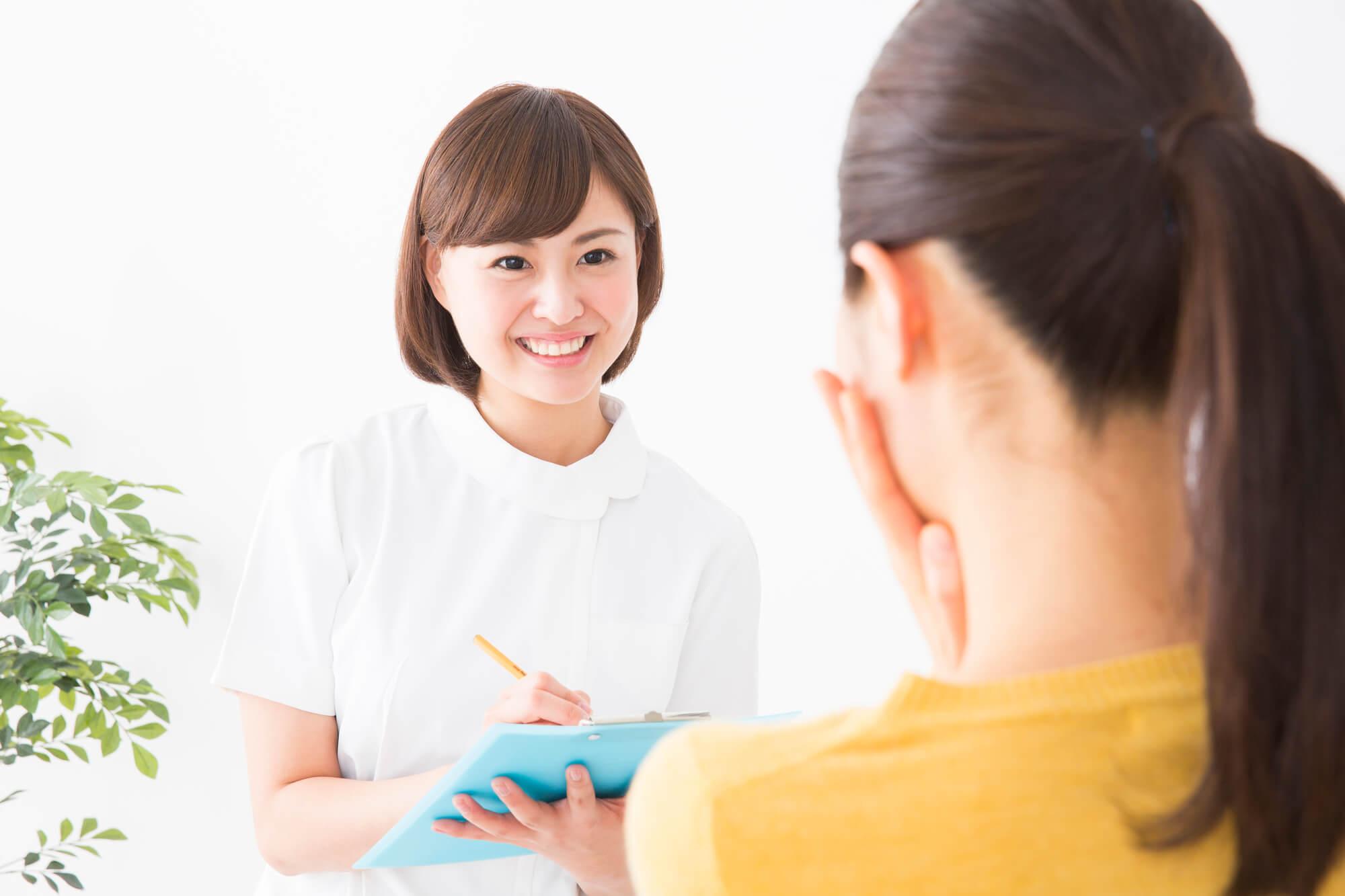 女性クライアントにメンタルトレーニングをしている女性カウンセラー
