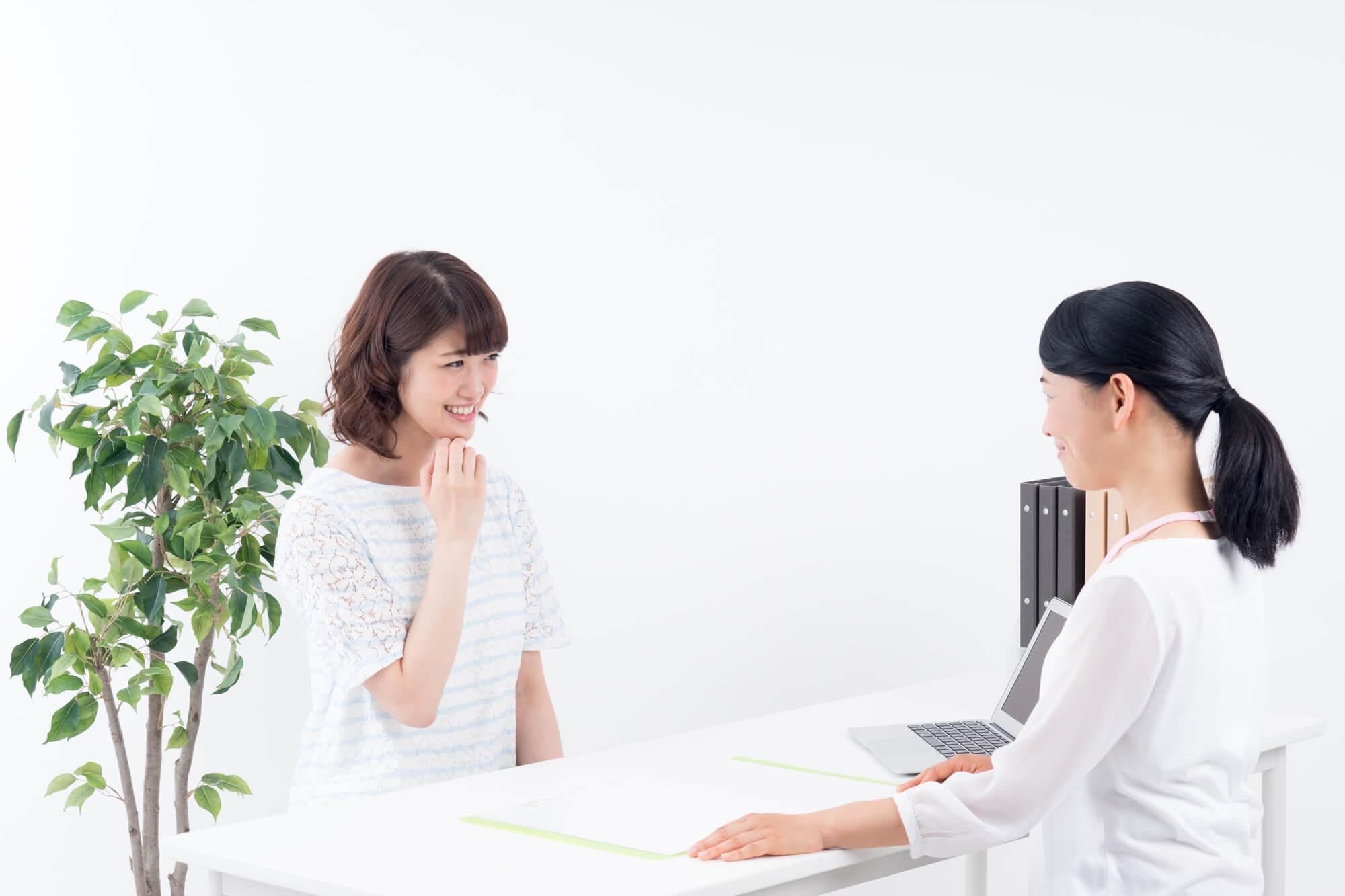 女性カウンセラーからコミュニケーショントレーニングを受けている女性クライアント
