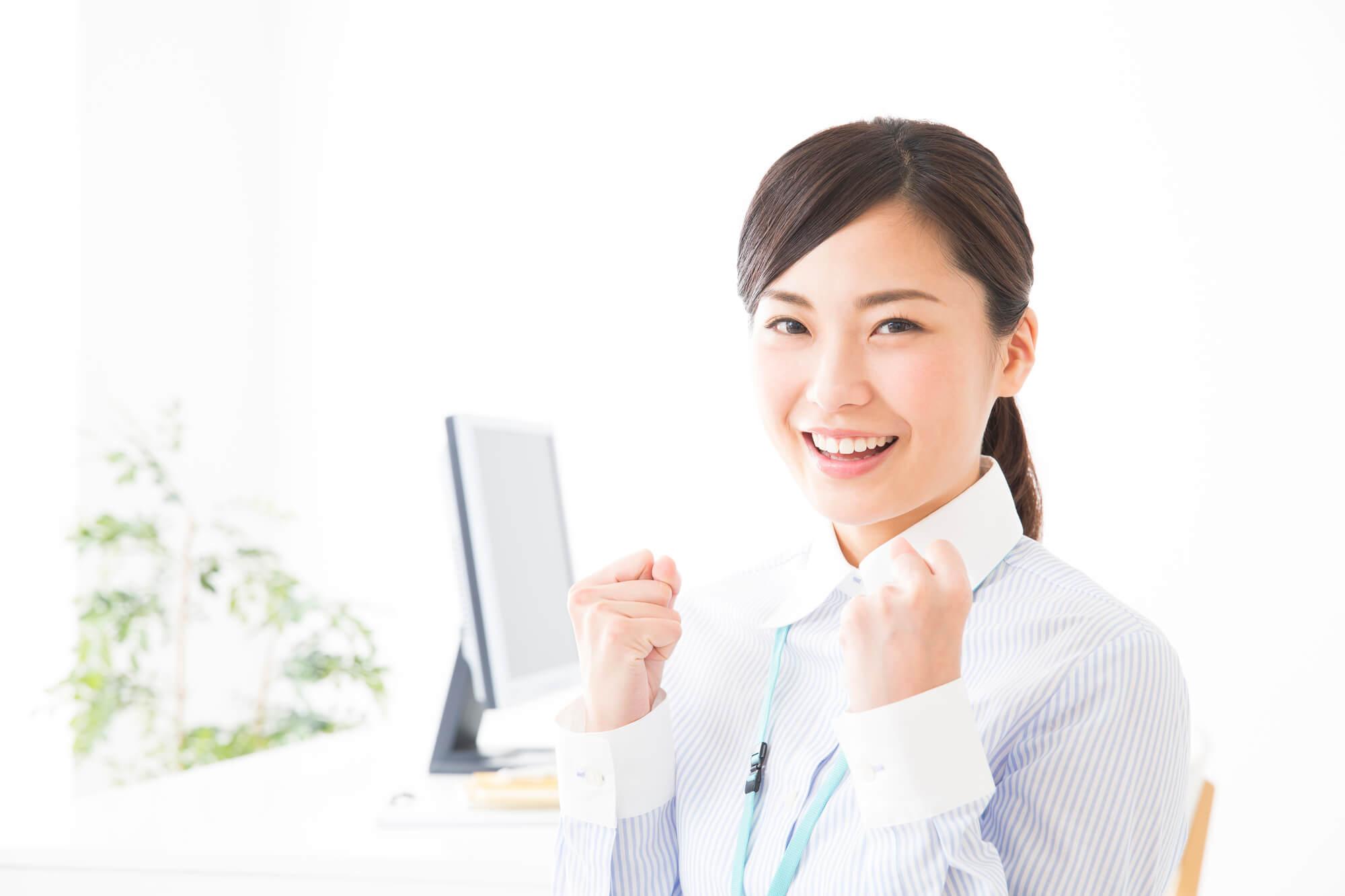 抱えていた悩みや問題を解決して希望に満ちた笑顔になる女性クライアント