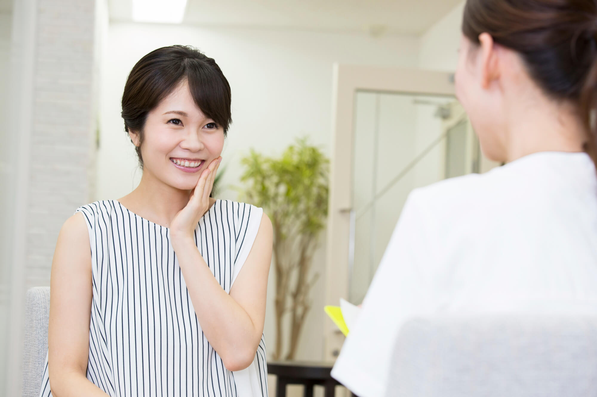 女性カウンセラーと対面で相談をしている女性クライアント