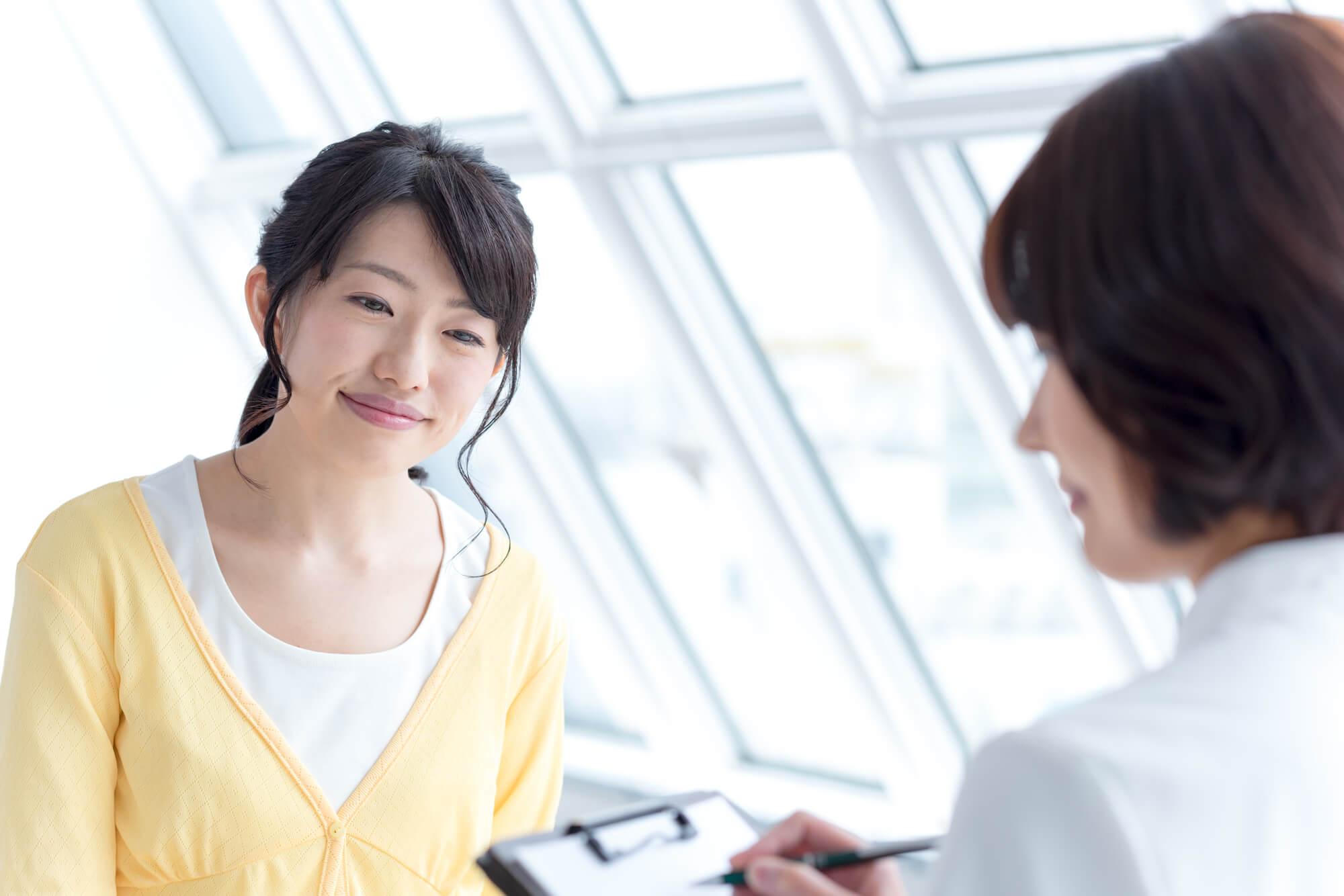 女性カウンセラーに悩みや問題を相談する女性クライアント