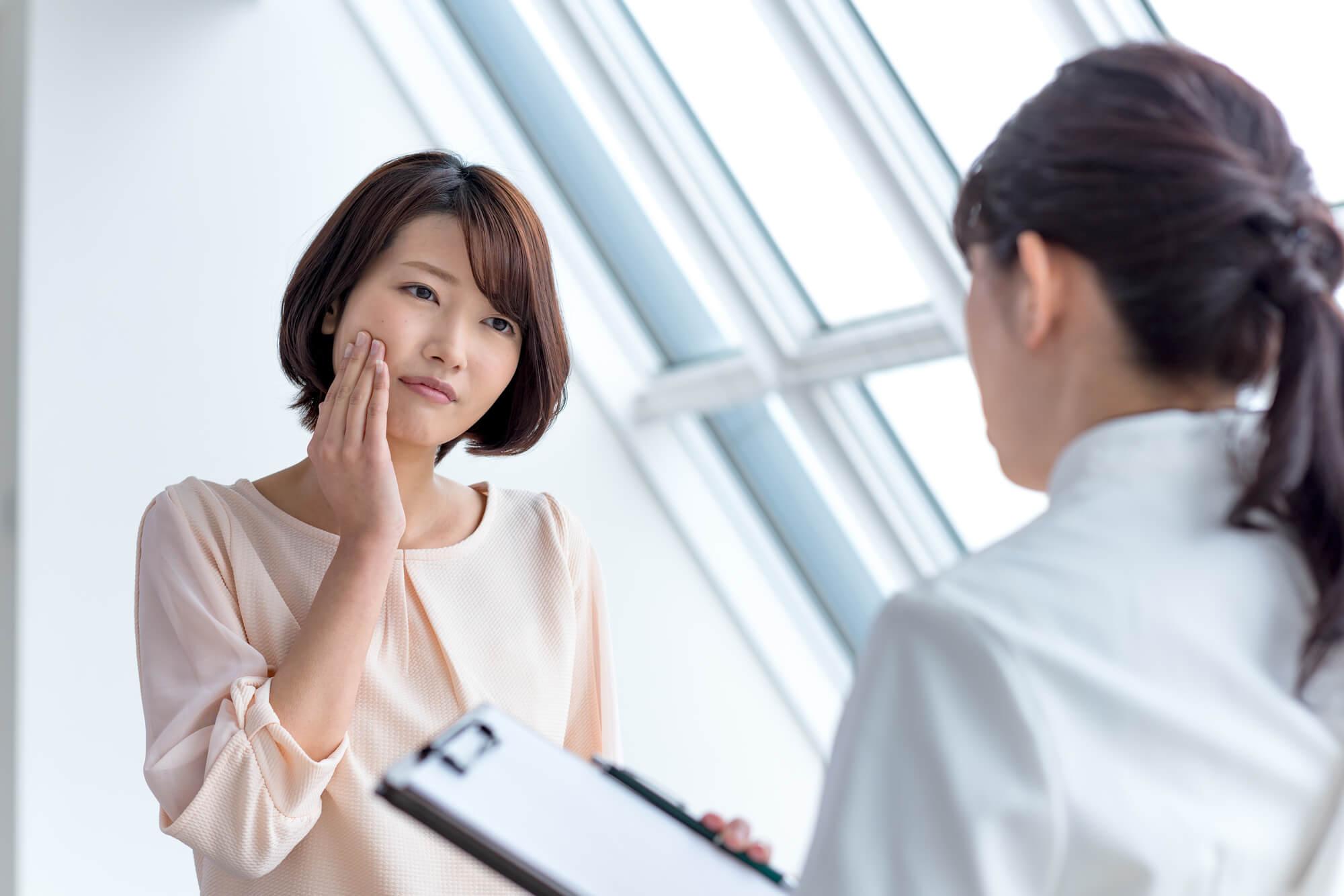 女性カウンセラーからメンタルケア・サービスの説明を受けている女性クライアント