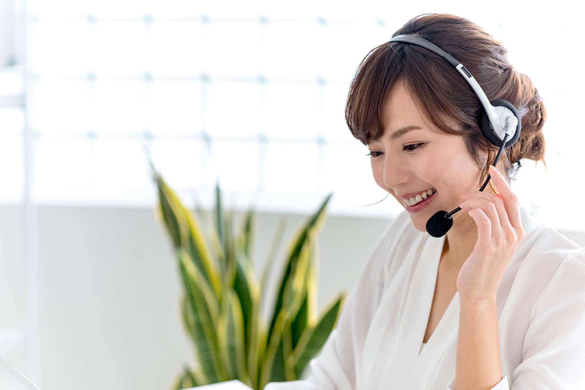 クライアントにカウンセリングのシステムや料金を説明している女性カウンセラー