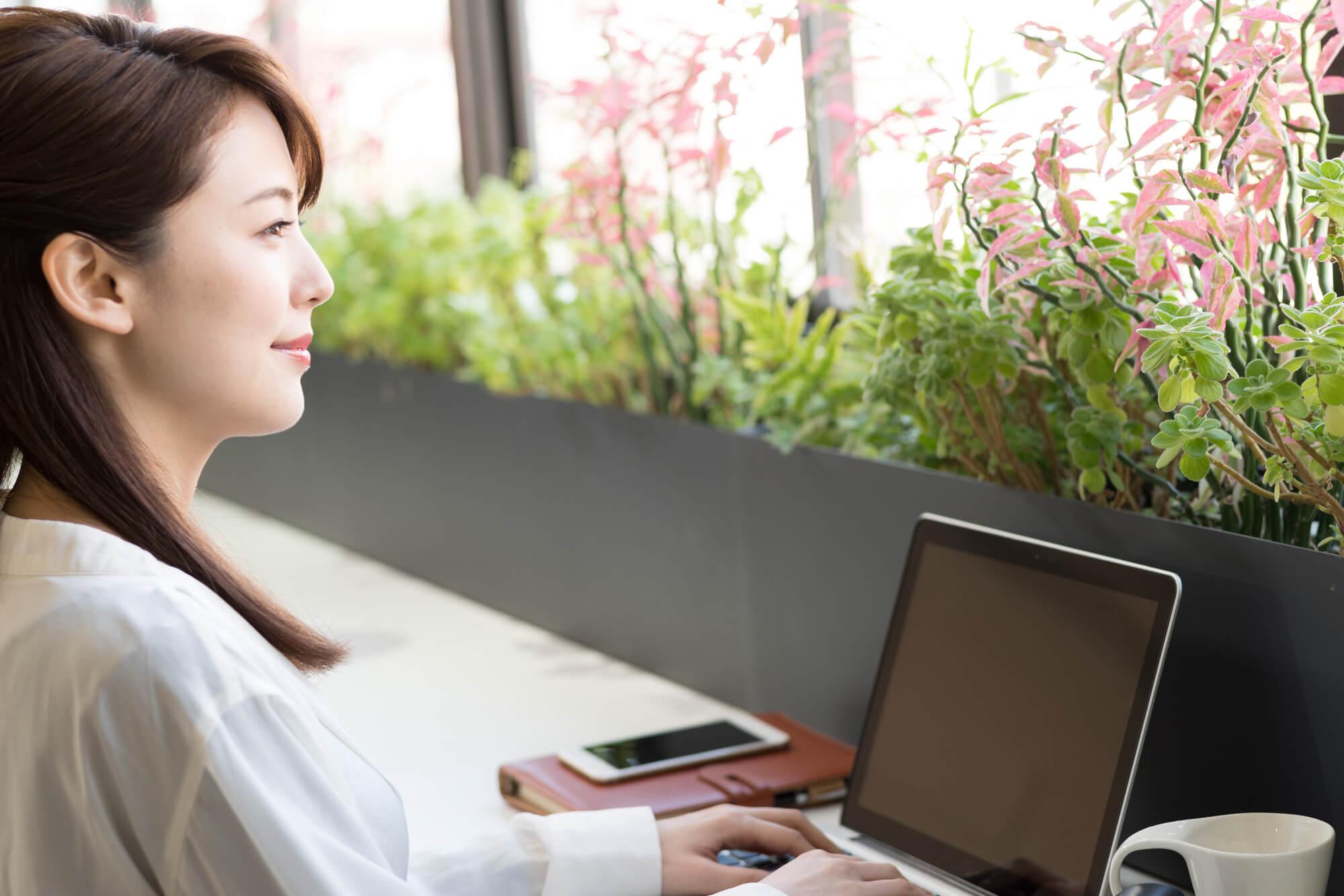 女性カウンセラーにメール相談している女性クライアント