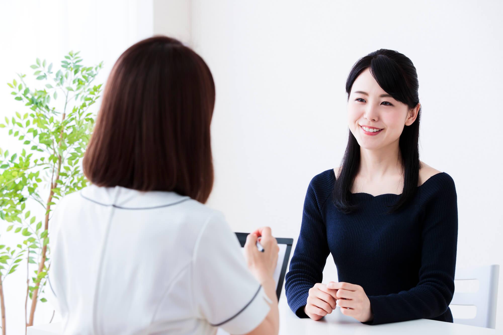 カウンセラーと話をする女性クライアント