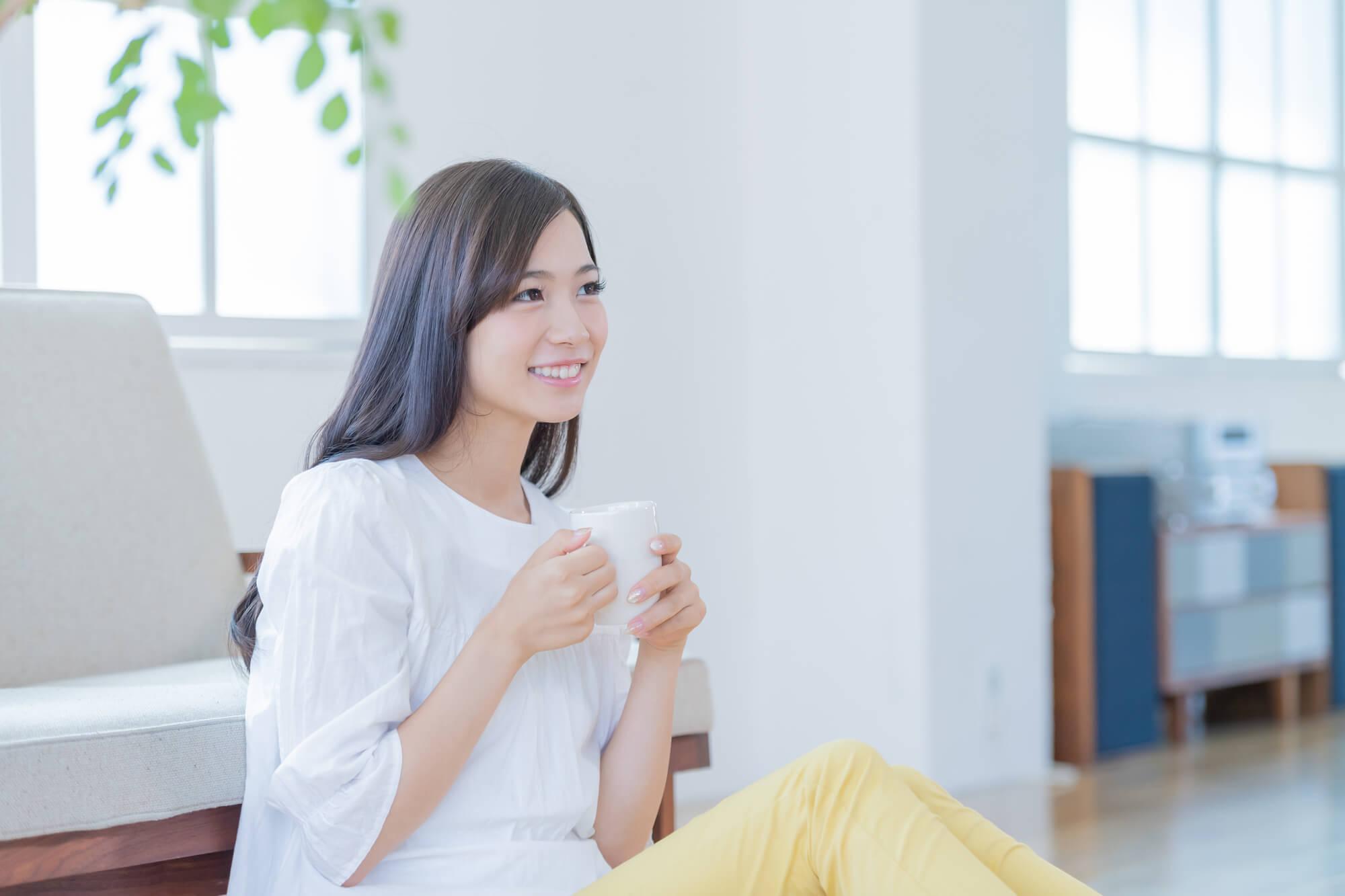 悩みや問題を解決する効果が出て笑顔になった女性
