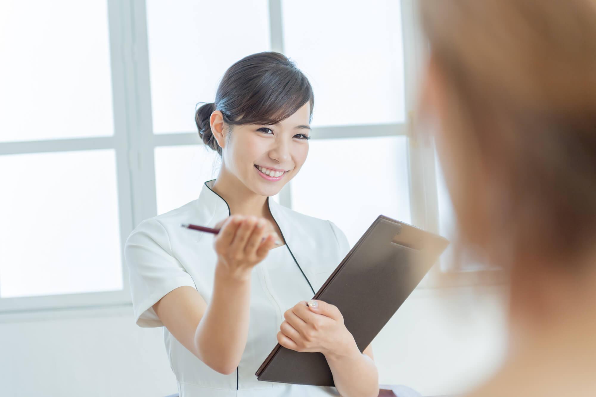 女性クライアントから相談を受ける女性カウンセラー