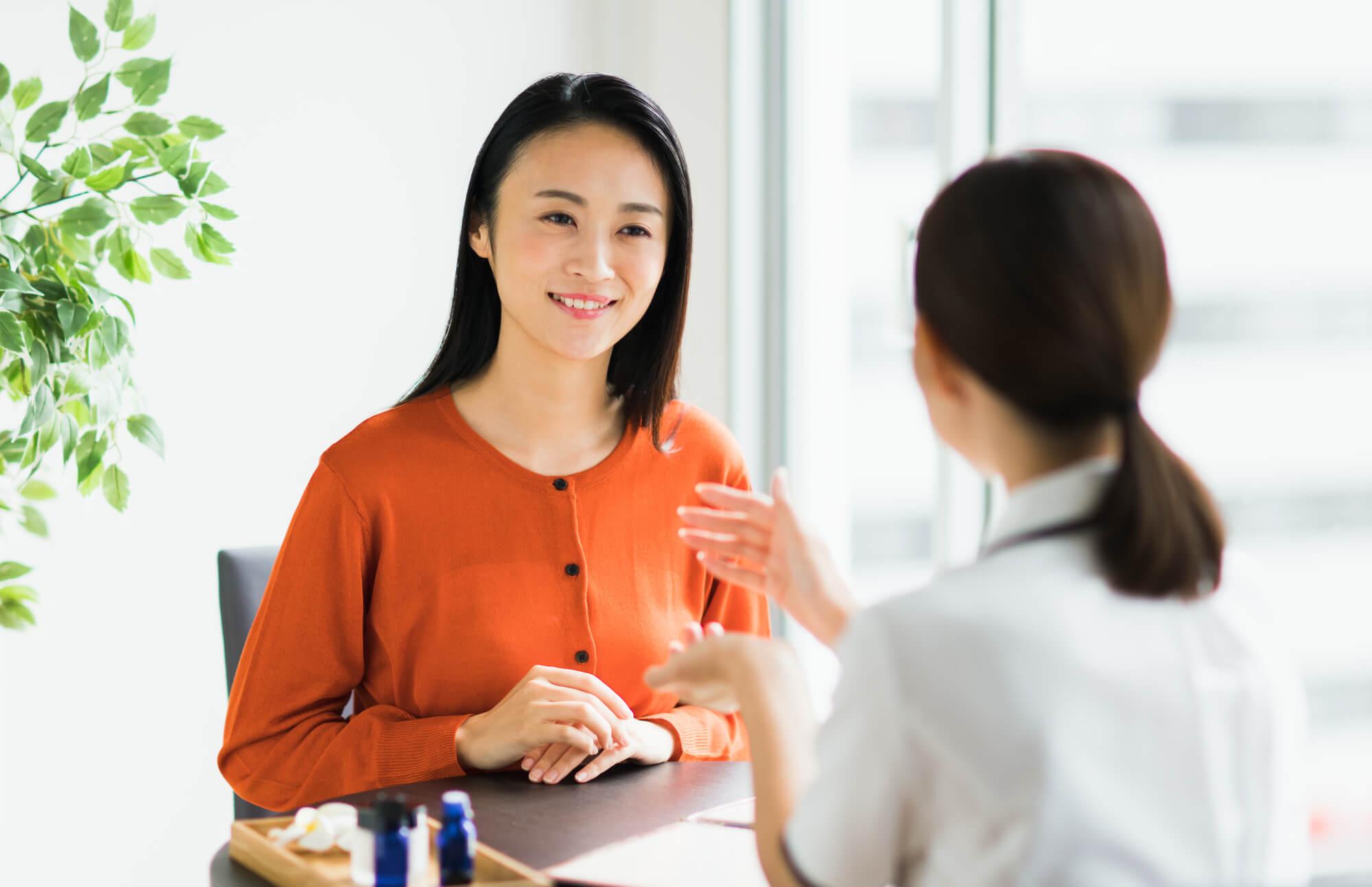 対人関係の悩みを相談する女性
