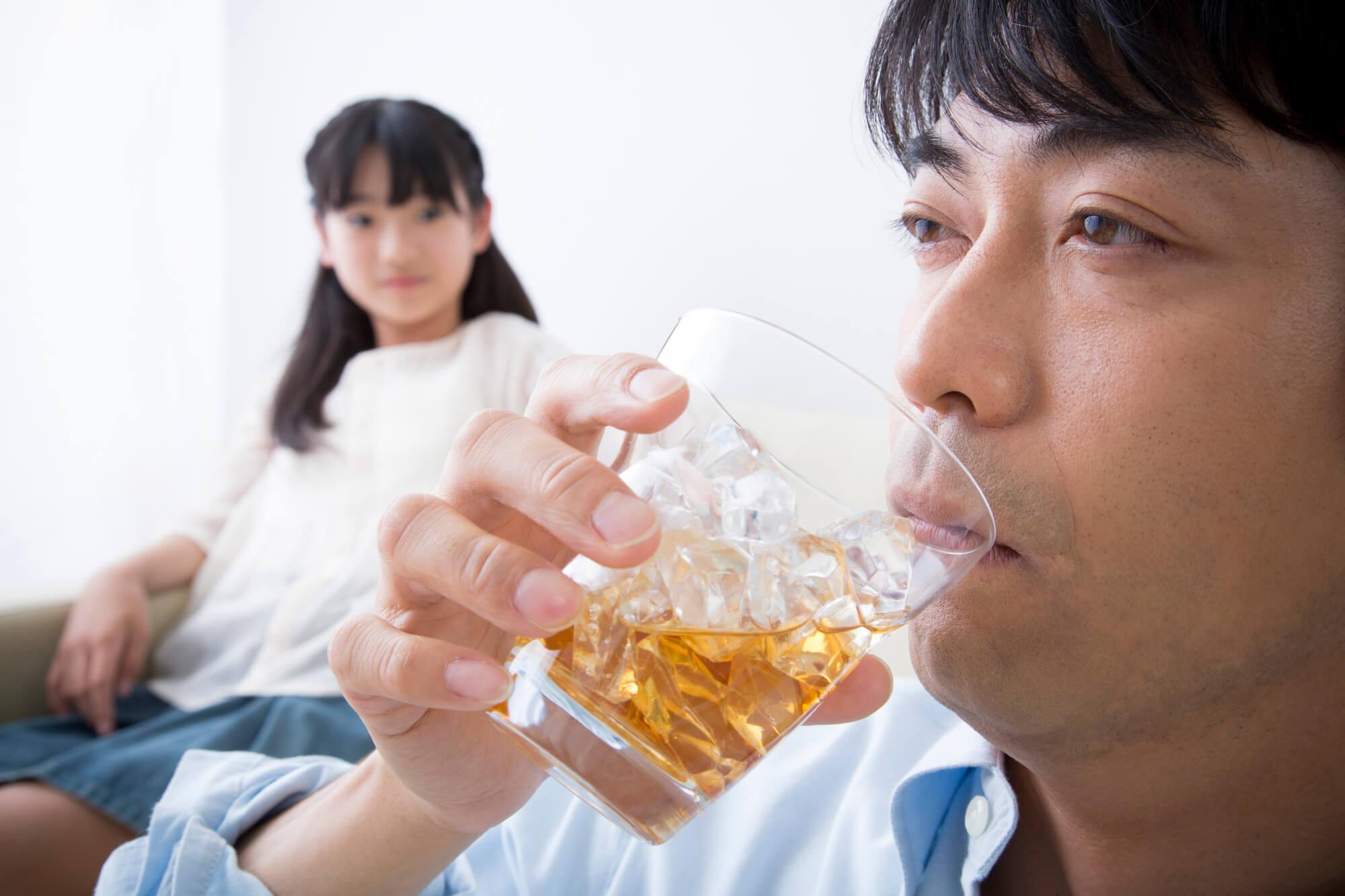 アルコール依存症で悩んでいる50代の男性