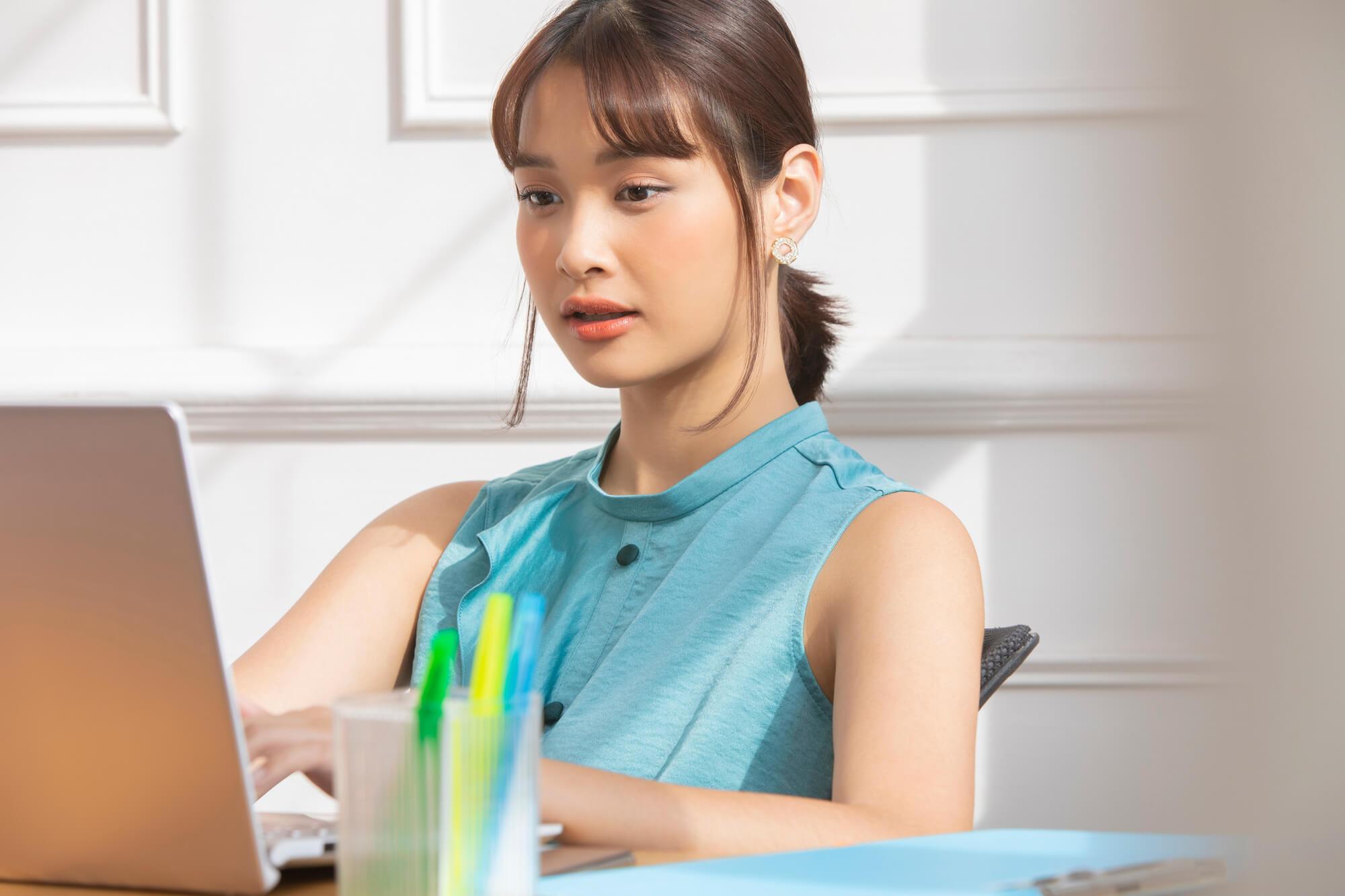 仕事中にも関わらずネット閲覧をしてしまうネット依存症の女性