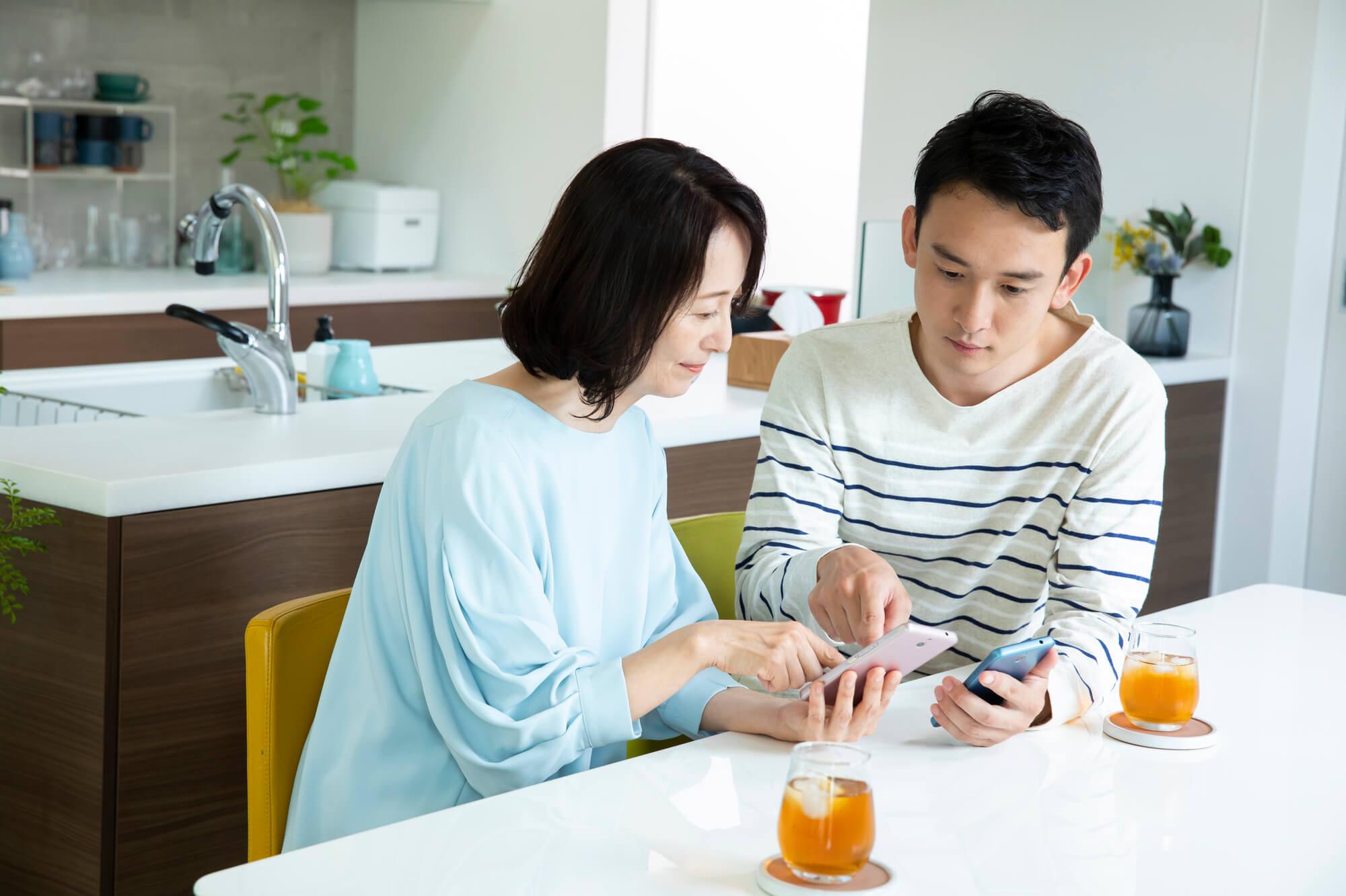 借金をする30代の息子との共依存関係に悩んでいる60代の女性