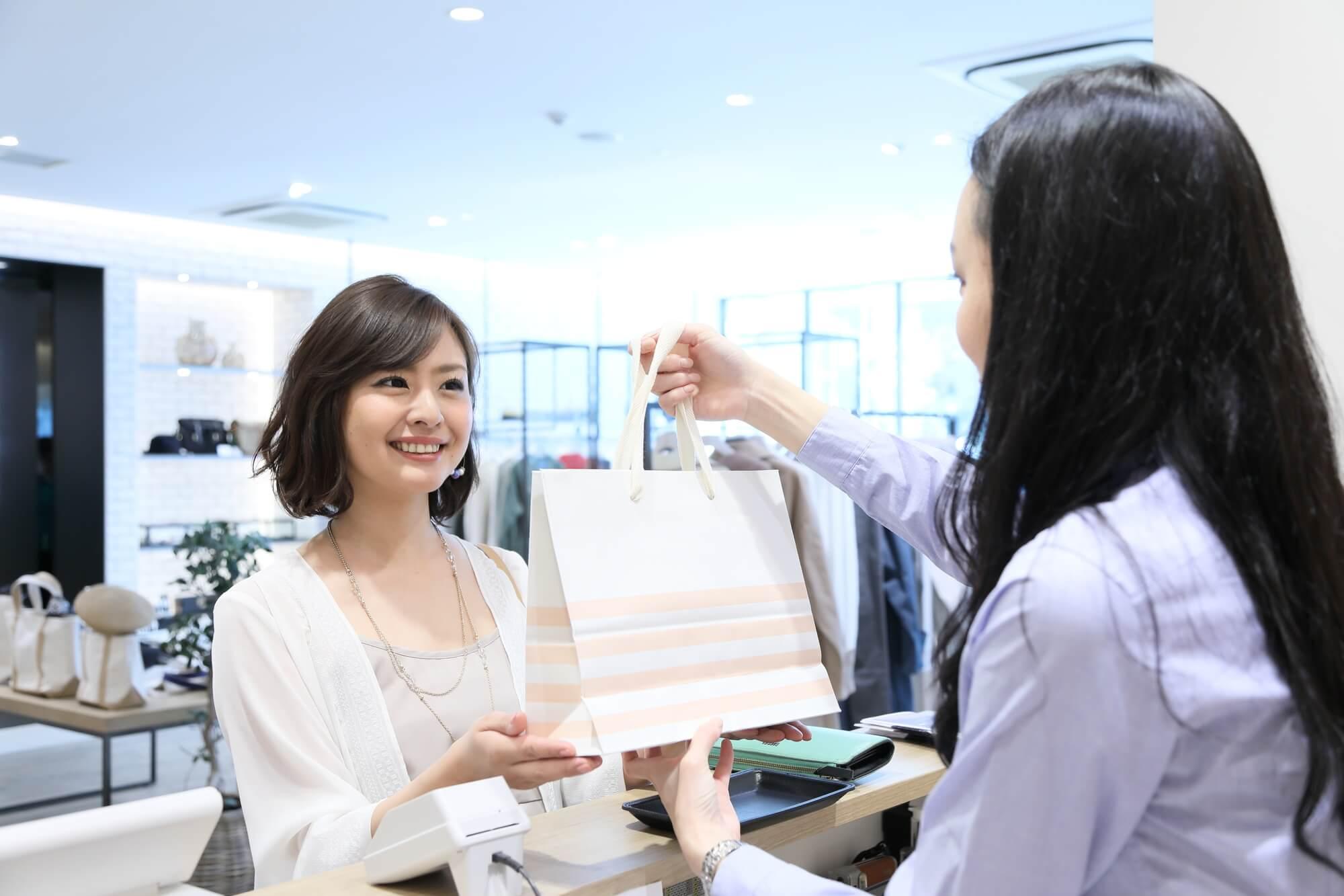 将来への不安や容姿コンプレックスが原因で、買い物がやめられない買い物依存症の女性