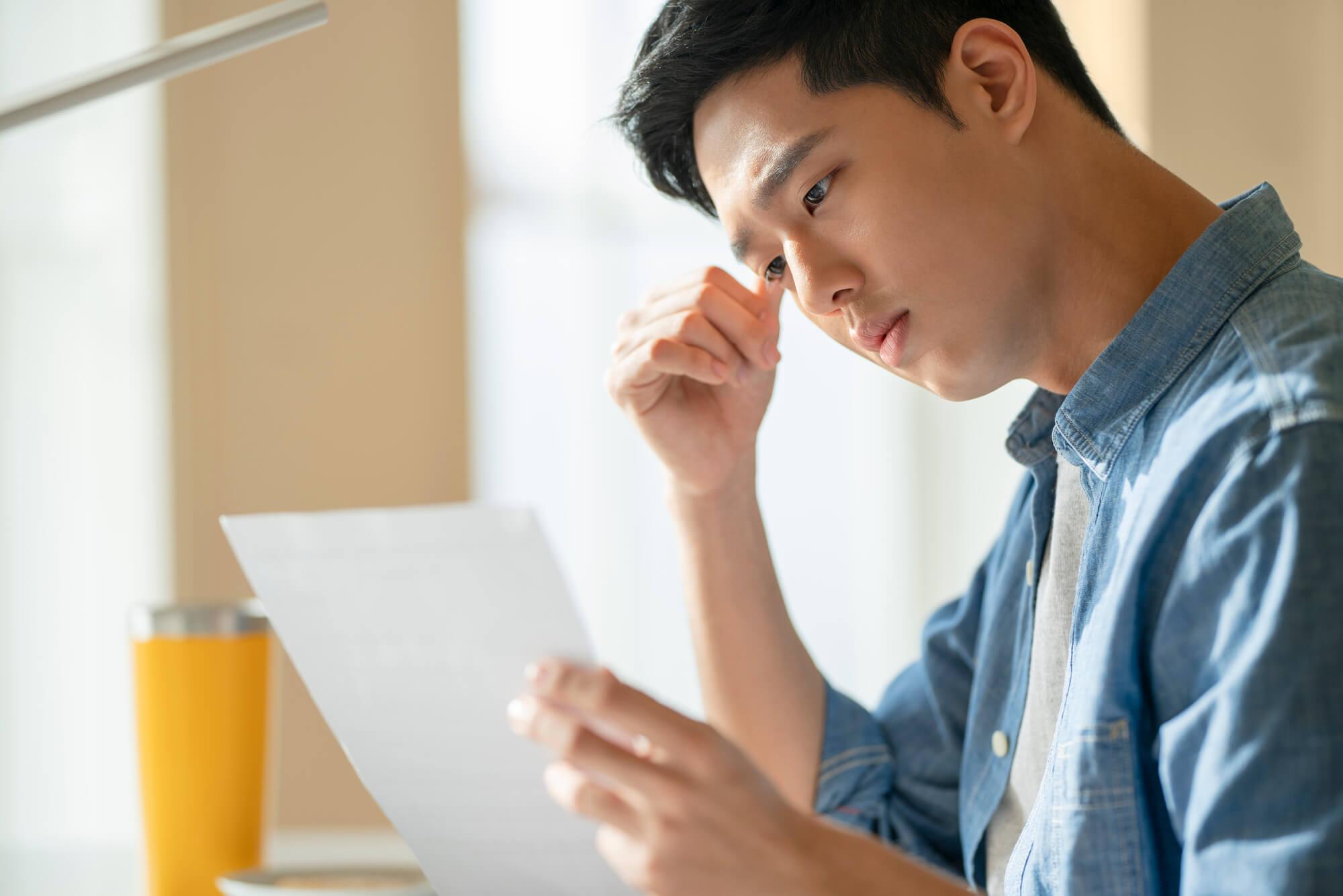 公務員試験のための勉強をするアスペルガー症候群の男性