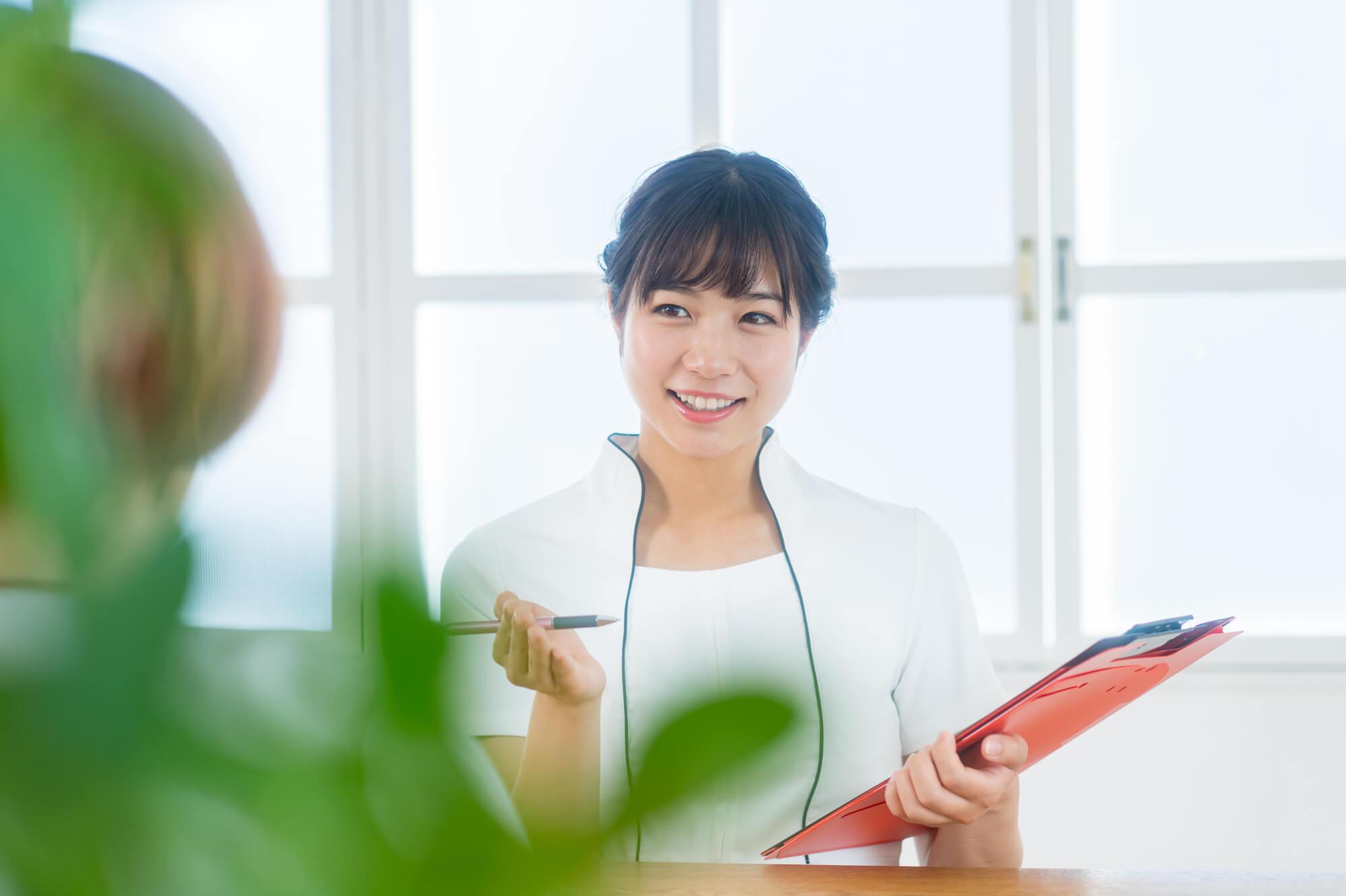 クライアントの家族問題についてカウンセリングをしている女性カウンセラー