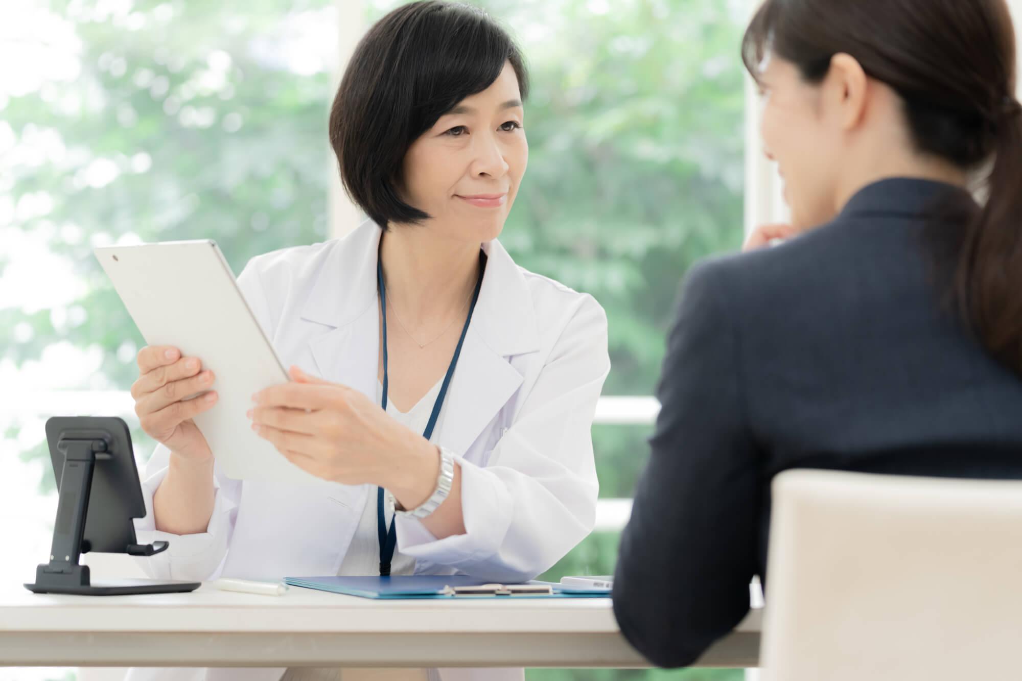 アスペルガー症候群で悩んでいる女性をカウンセリングする女性カウンセラー