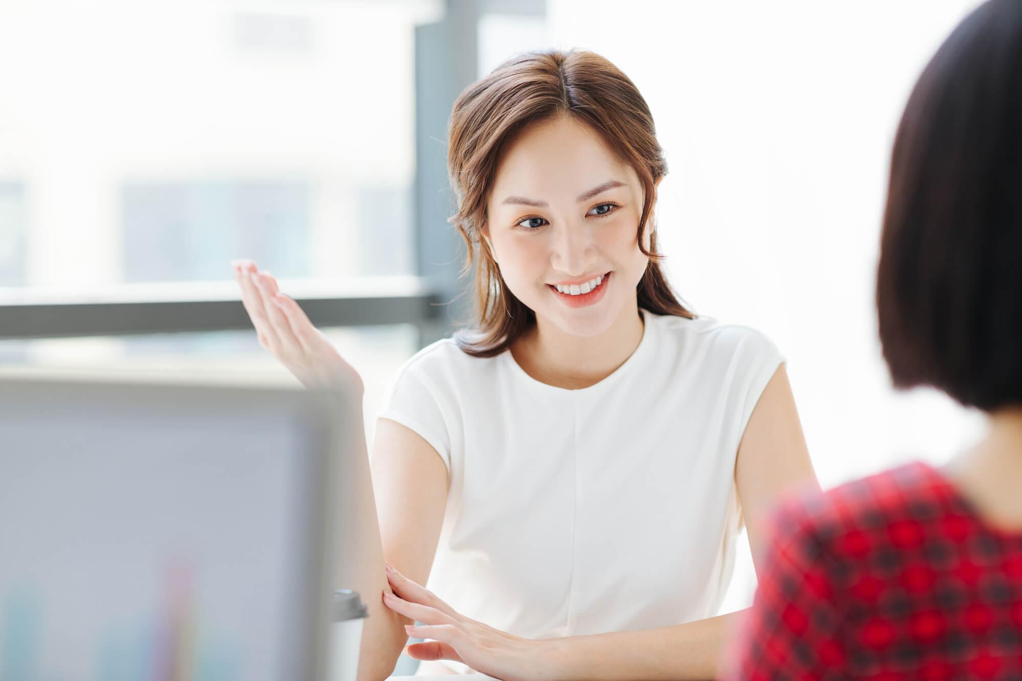 クライアントから様々な悩みや問題を相談される女性カウンセラー