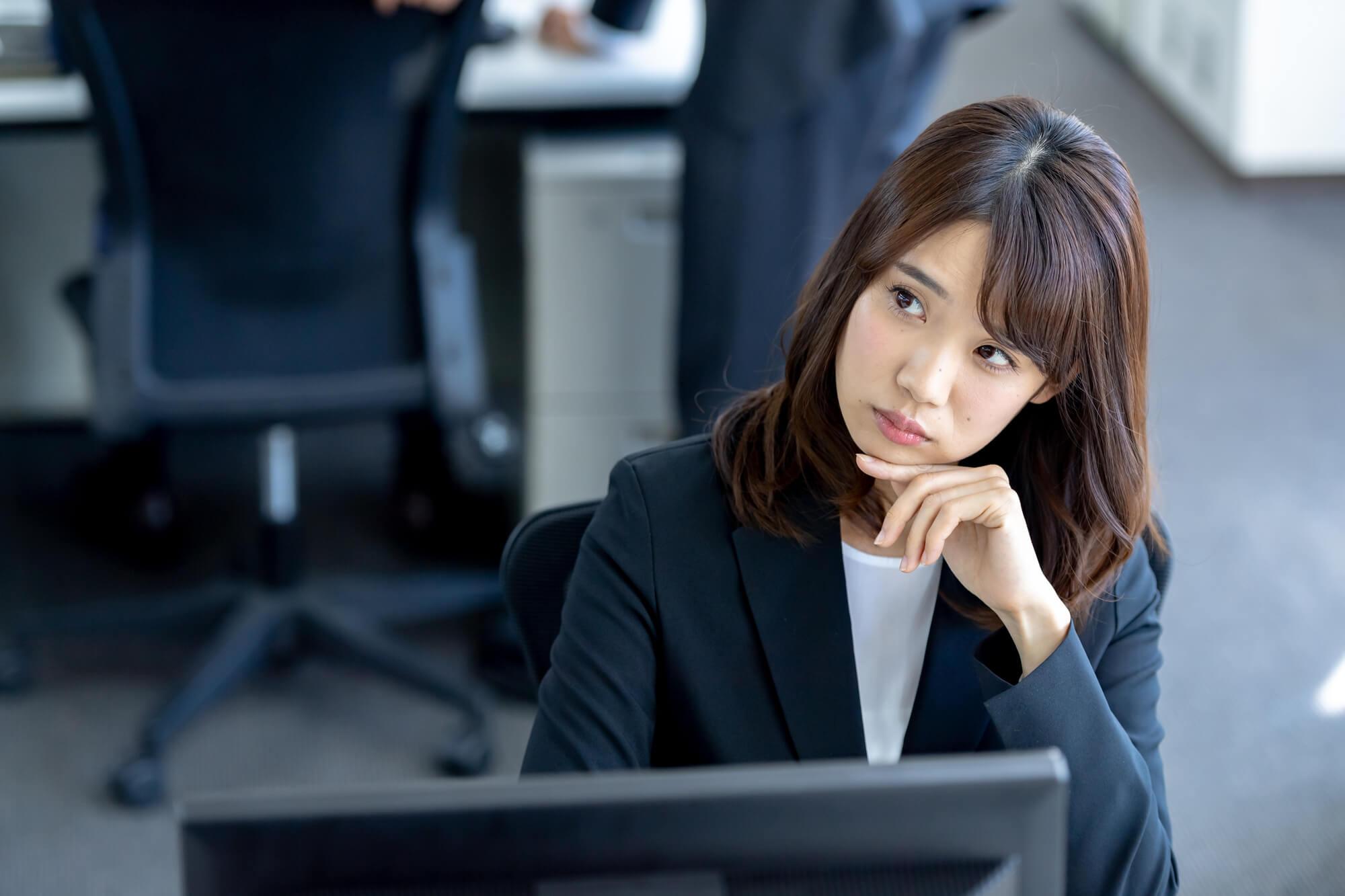 辛かった過去の恋愛を忘れるために、職場の先輩社員と不倫関係を続けている20代の女子社員