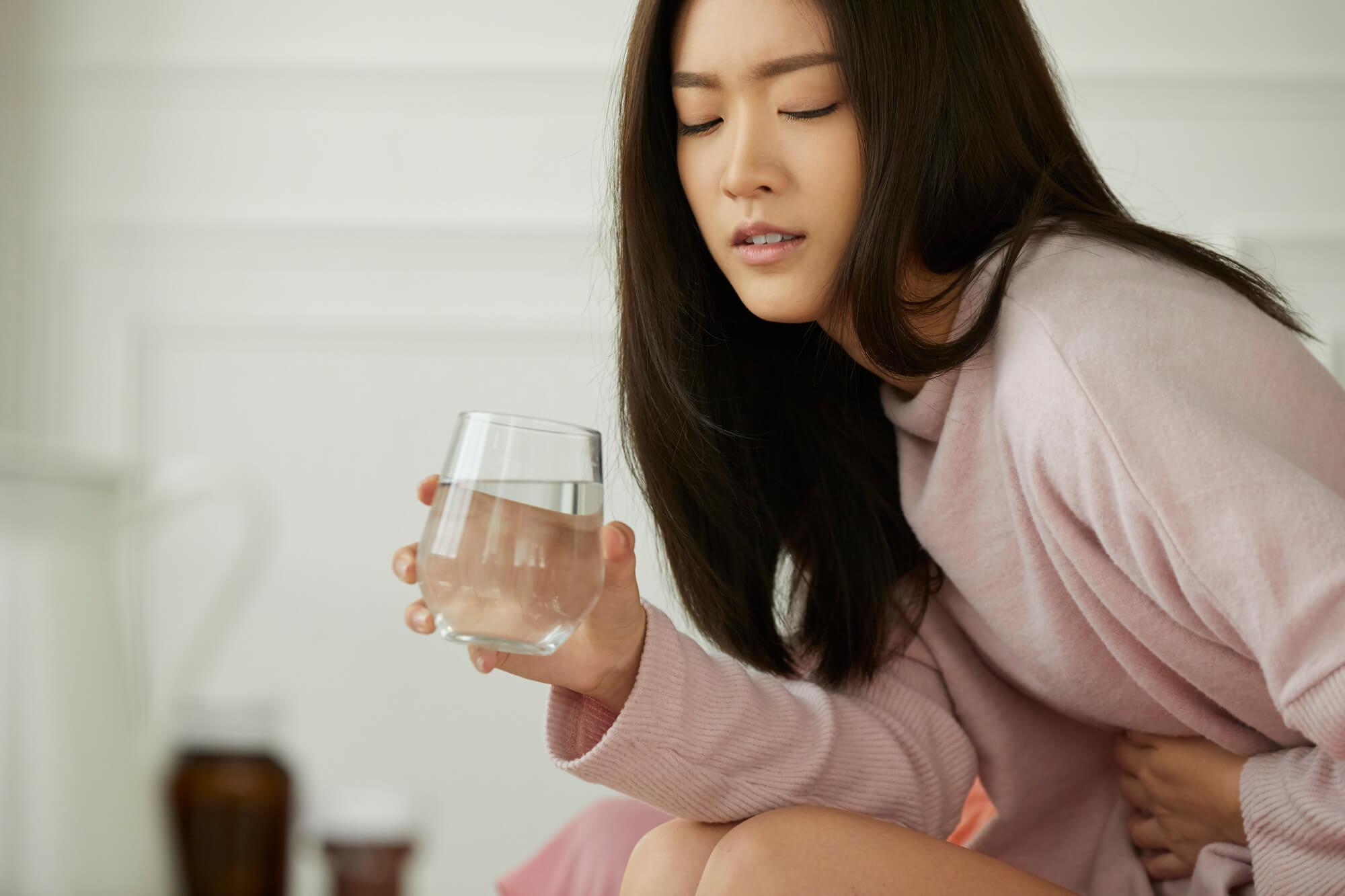 うつ病の症状が出始め、頭痛や動悸、吐き気に悩まされている20代の女性