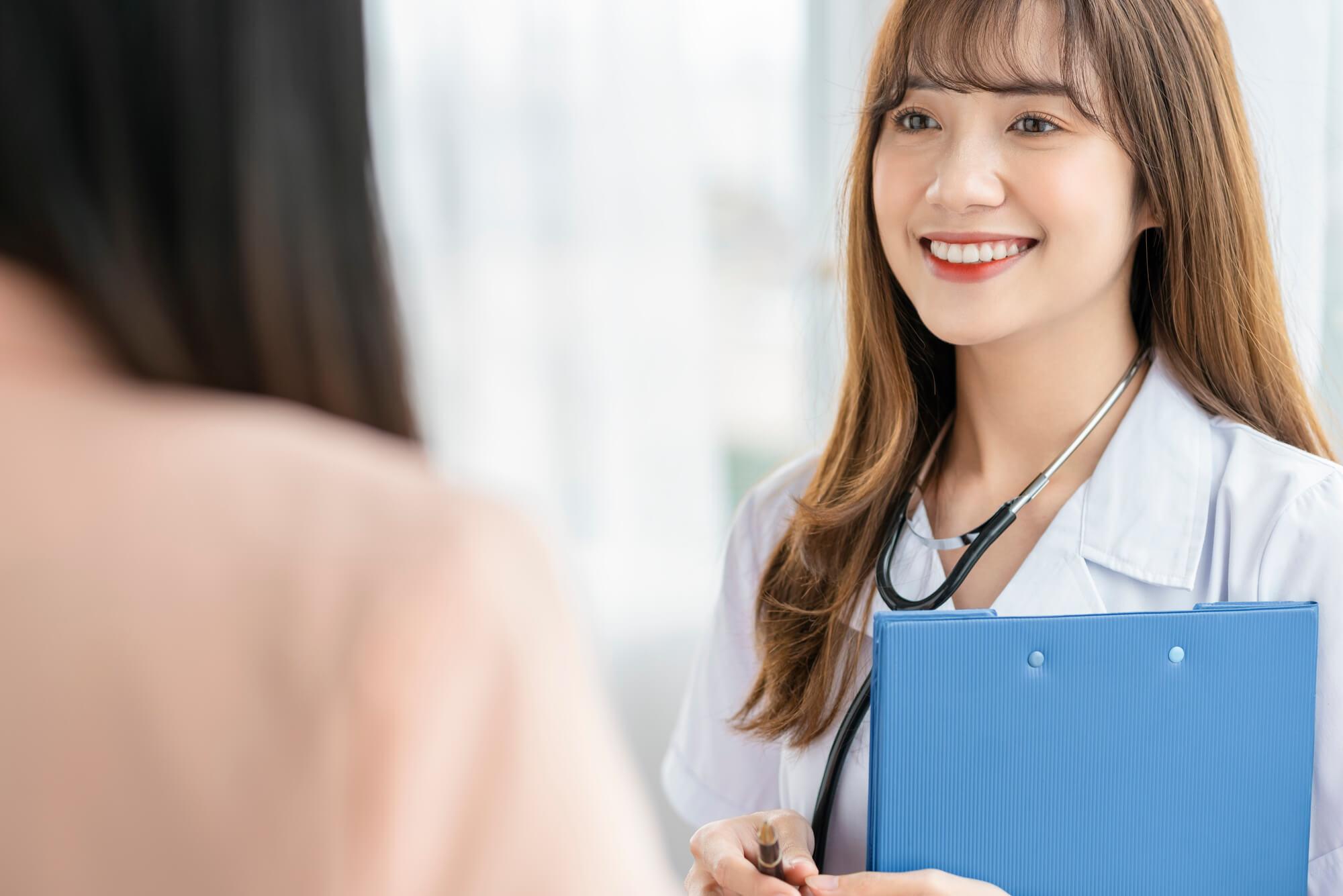 女性クライアントにうつ病改善のカウンセリングを実施している女性カウンセラー