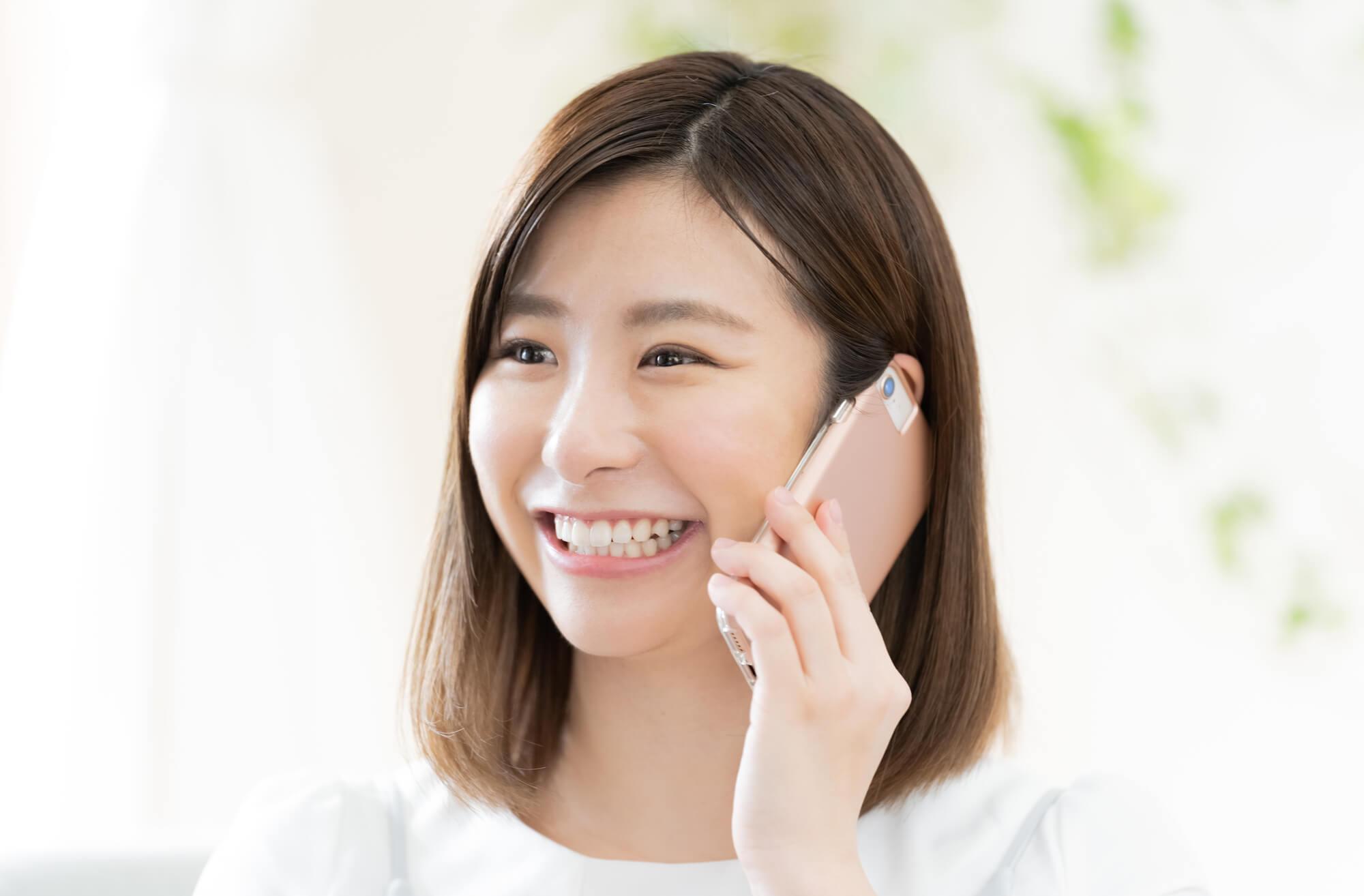 電話カウンセリングを受けているクライアントの女性