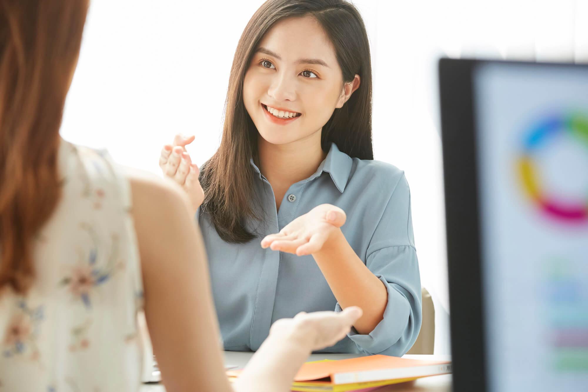 問題を抱えるクライアントに解決方法を提案する女性カウンセラー