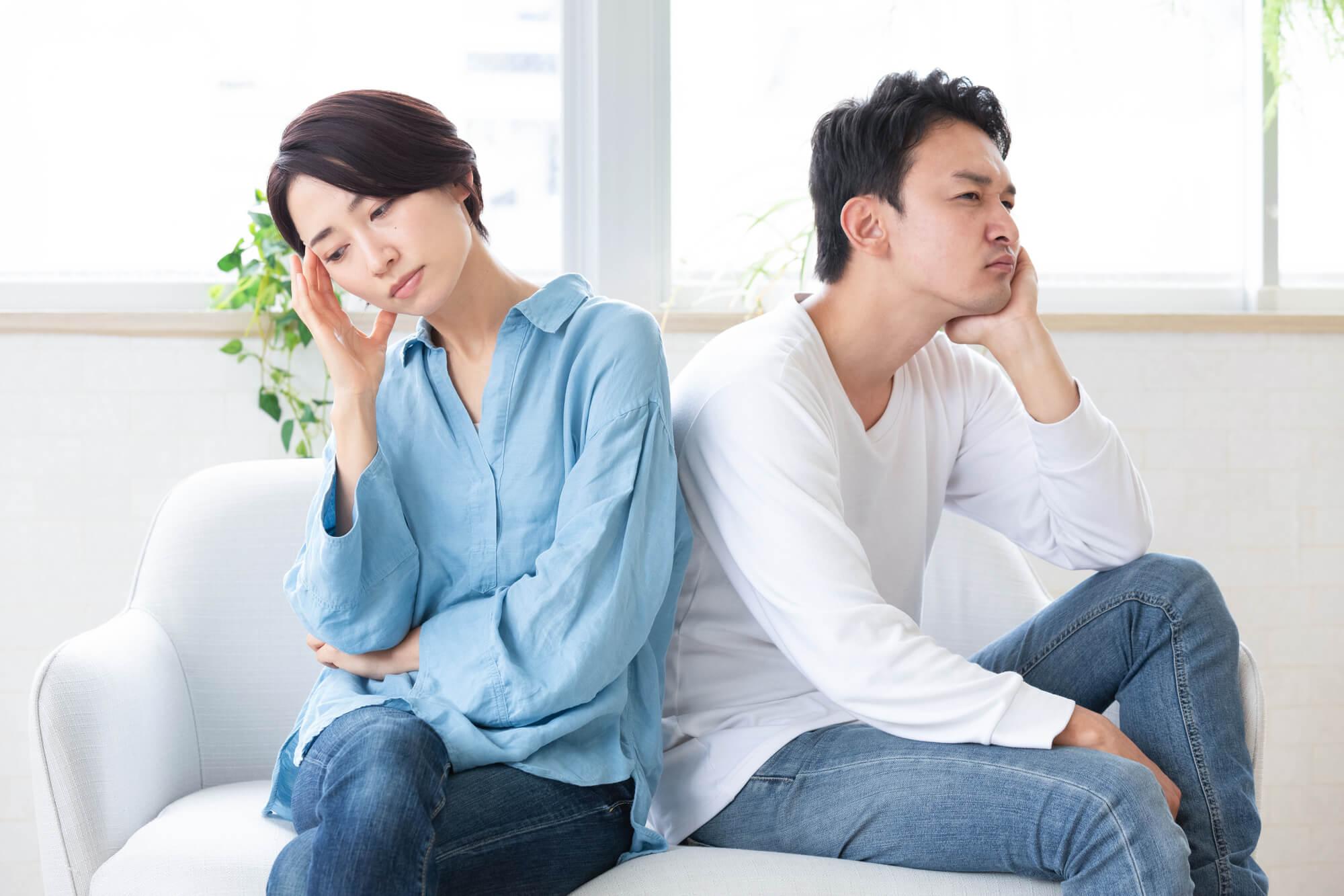 夫婦関係が悪く悩んでいる男女