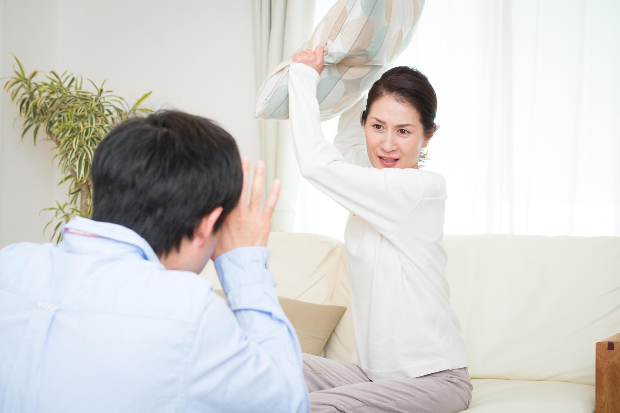 夫が盗撮で警察に逮捕され、ショックのあまり冷静でいられない妻
