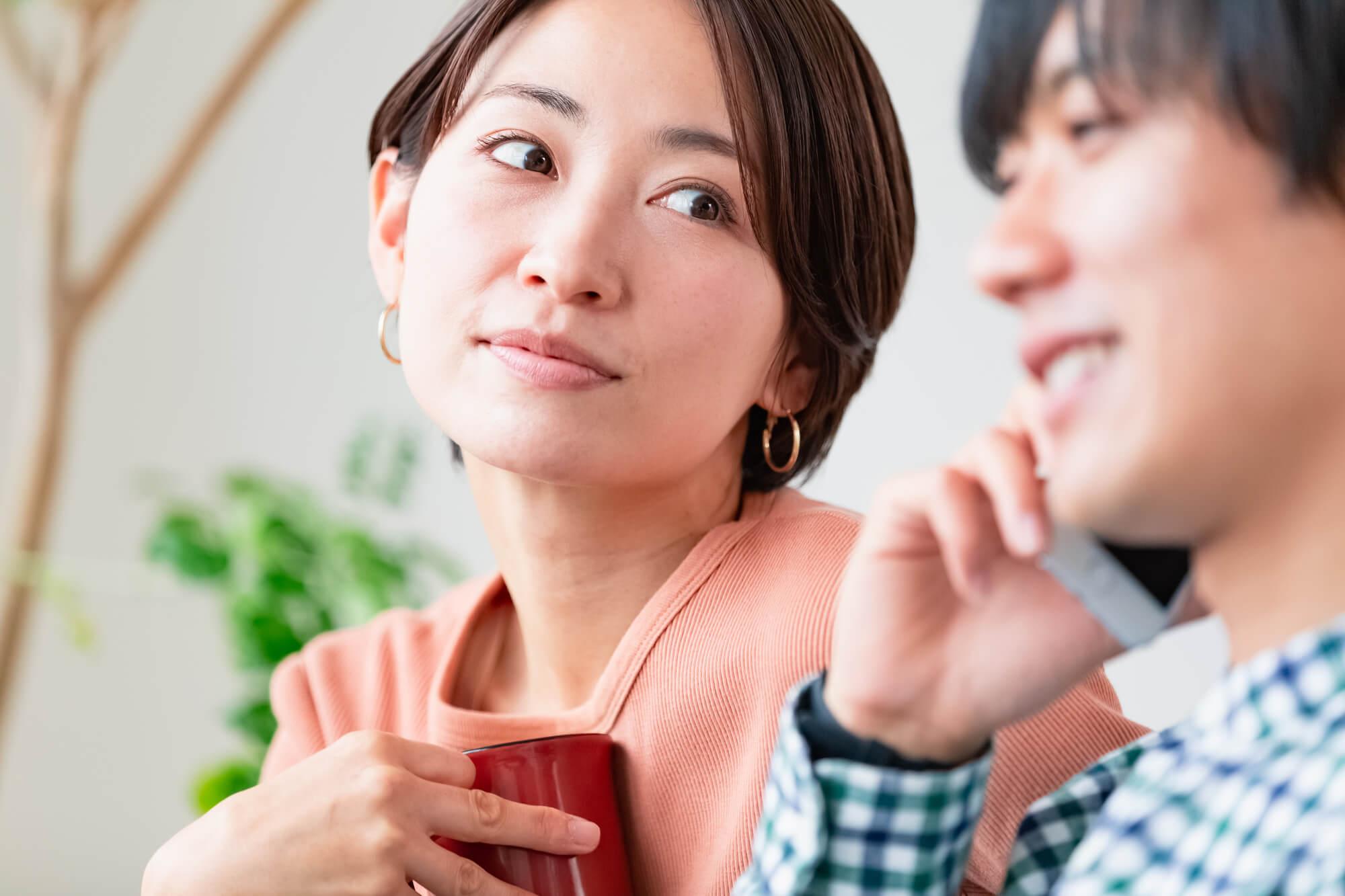 セックスレスで夫婦関係に悩む若い女性