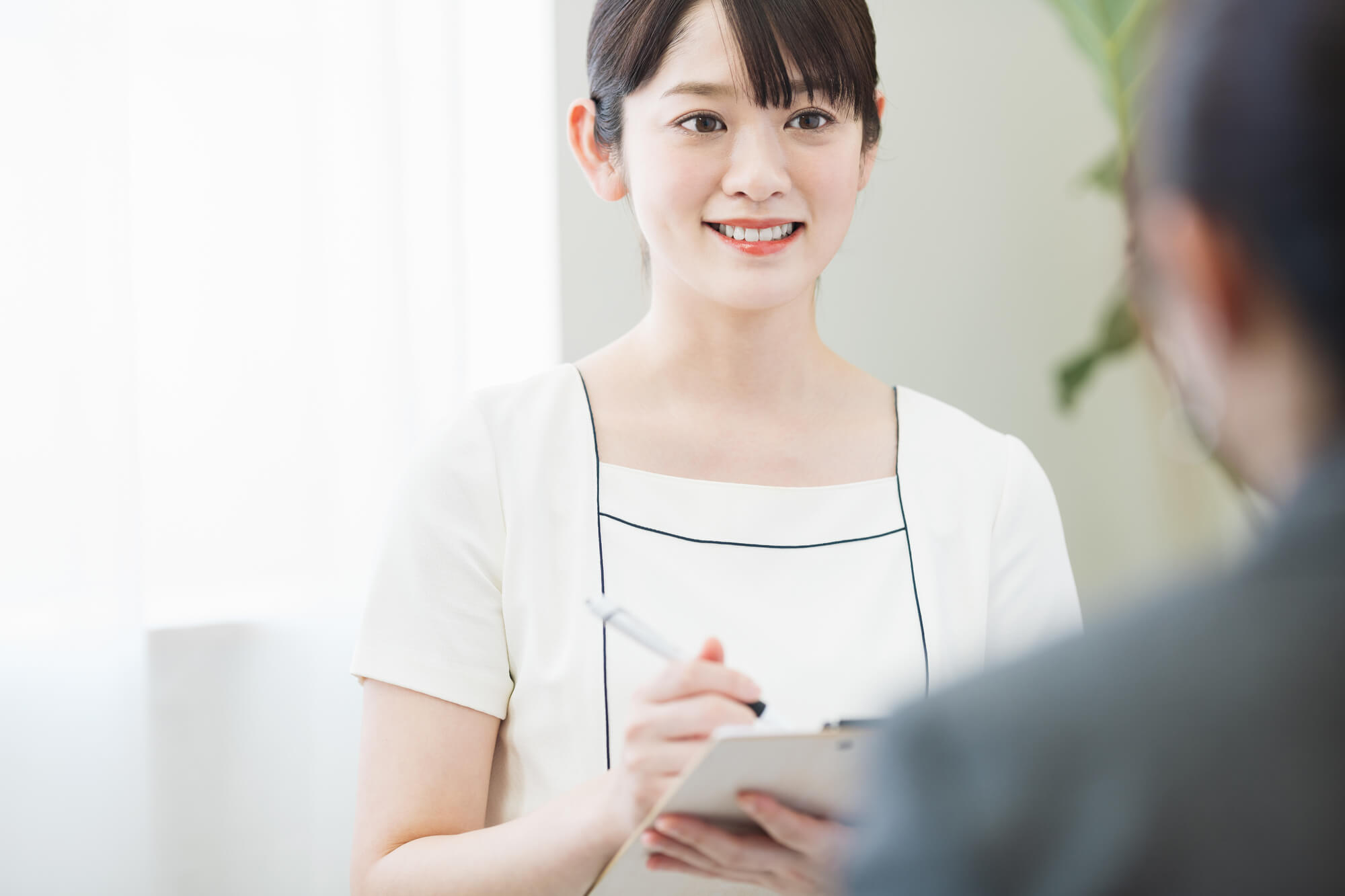 クライアントに心理療法を丁寧に説明する女性カウンセラー