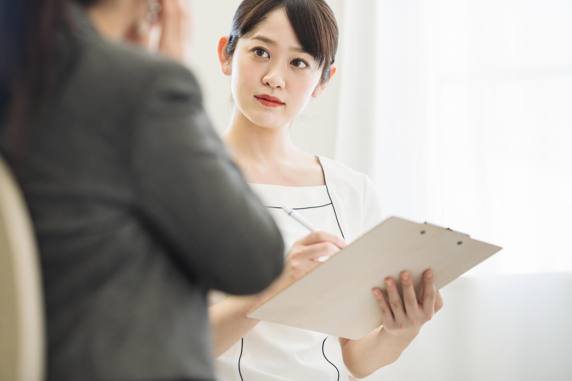 カウンセリング方法を丁寧に説明する女性カウンセラー