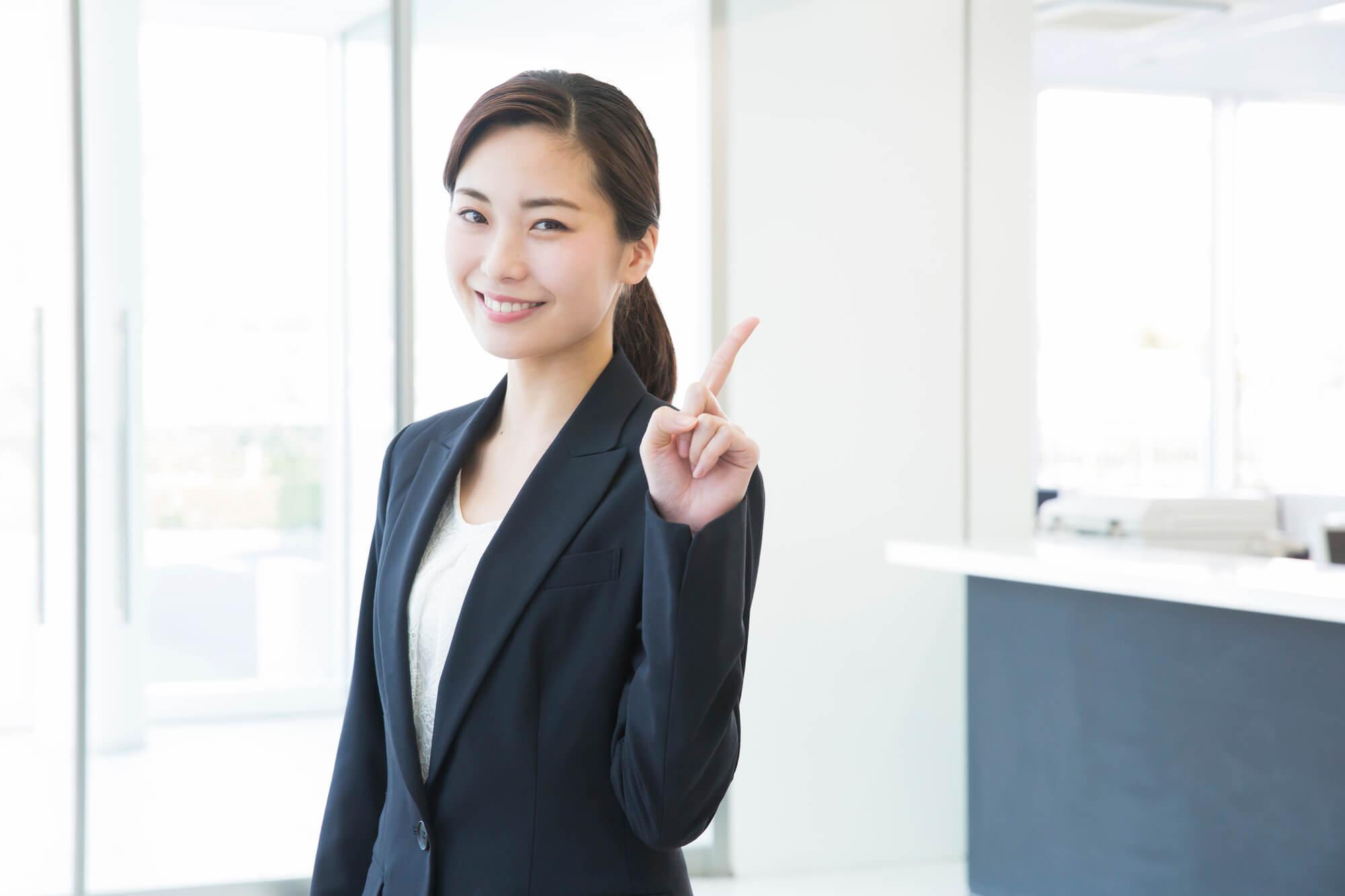 精神的に辛い毎日から開放され心から笑顔になっている女性クライアント