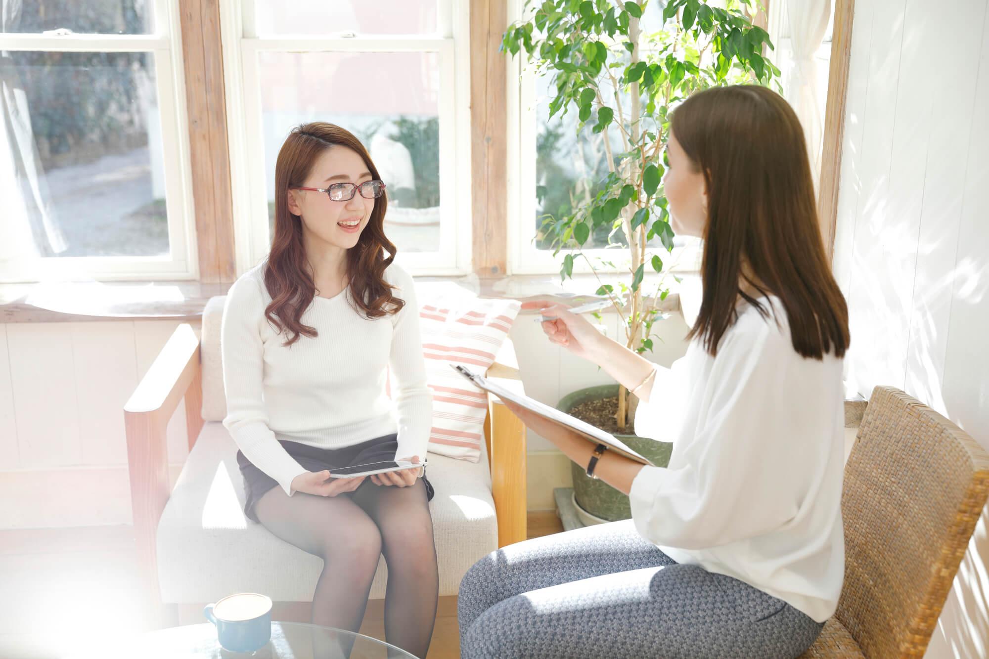 心に抱える悩みや問題を包み隠さず相談する女性クライアント