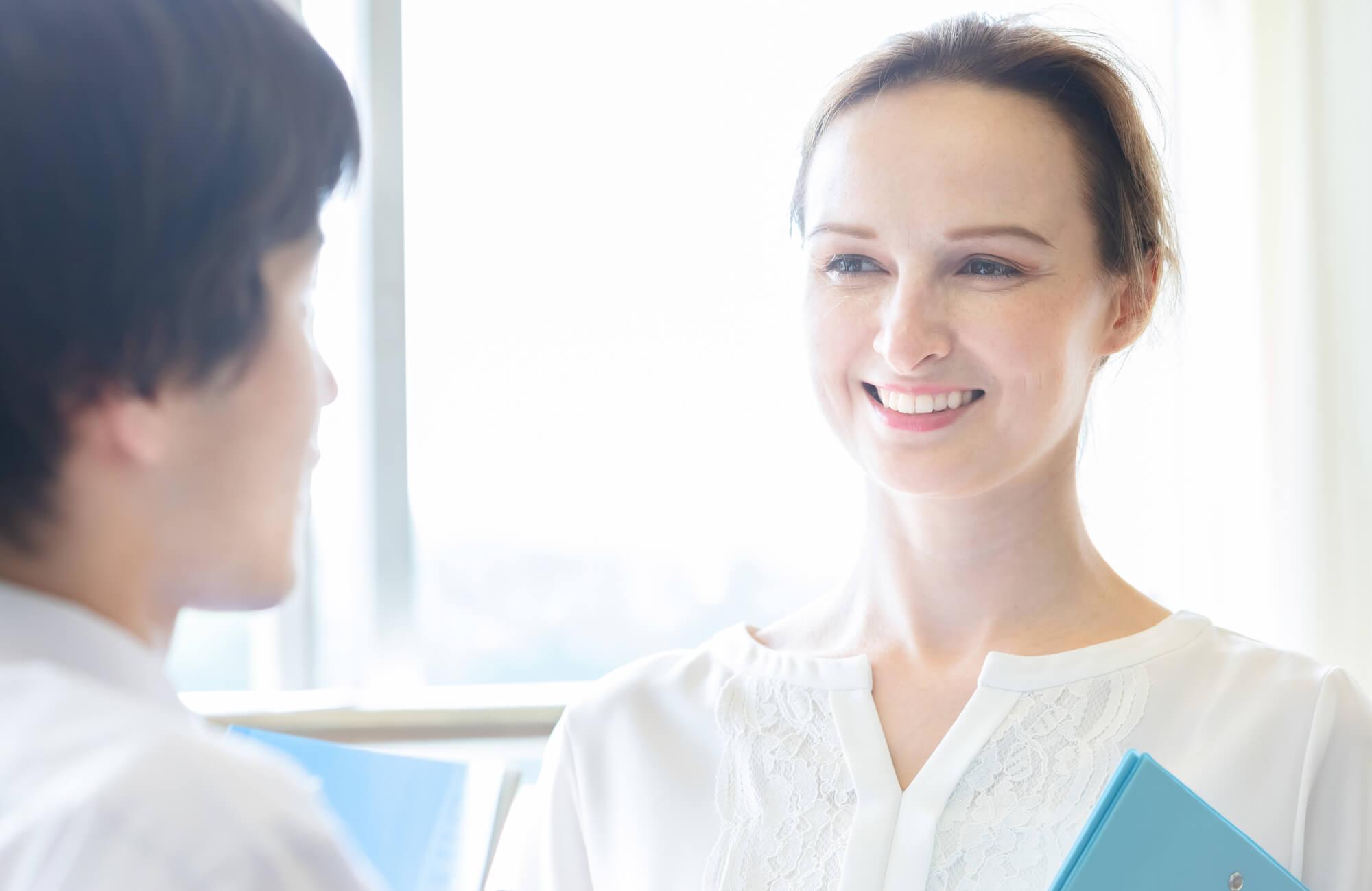 どのようなカウンセリングスタイルが良いかクライアントと相談する女性カウンセラー