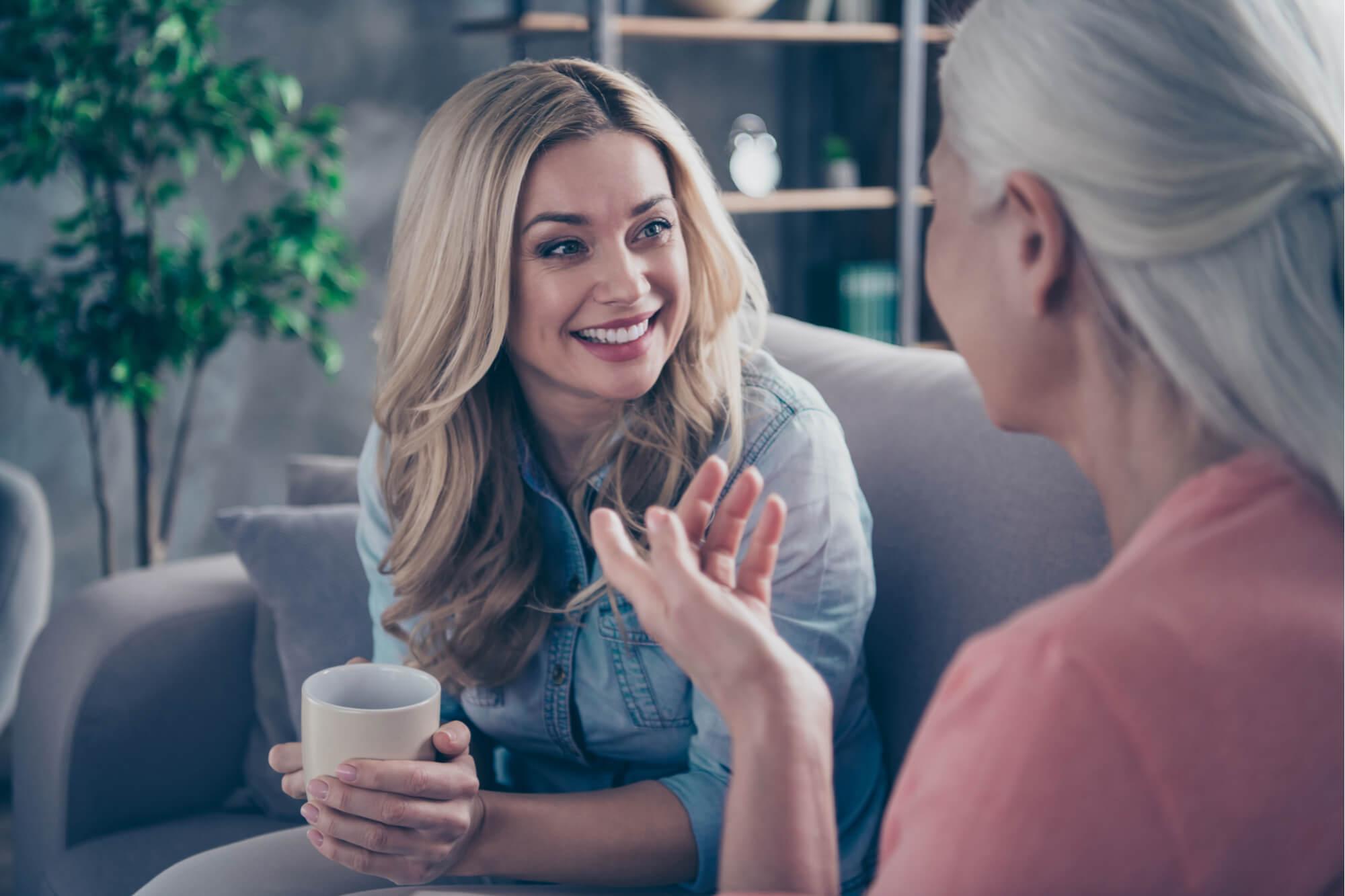 円滑なコミュニケーションで会話を楽しむ女性