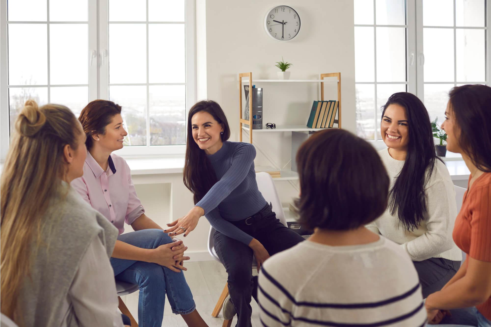 コミュニケーションセミナーでグループセッションを楽しむ女性