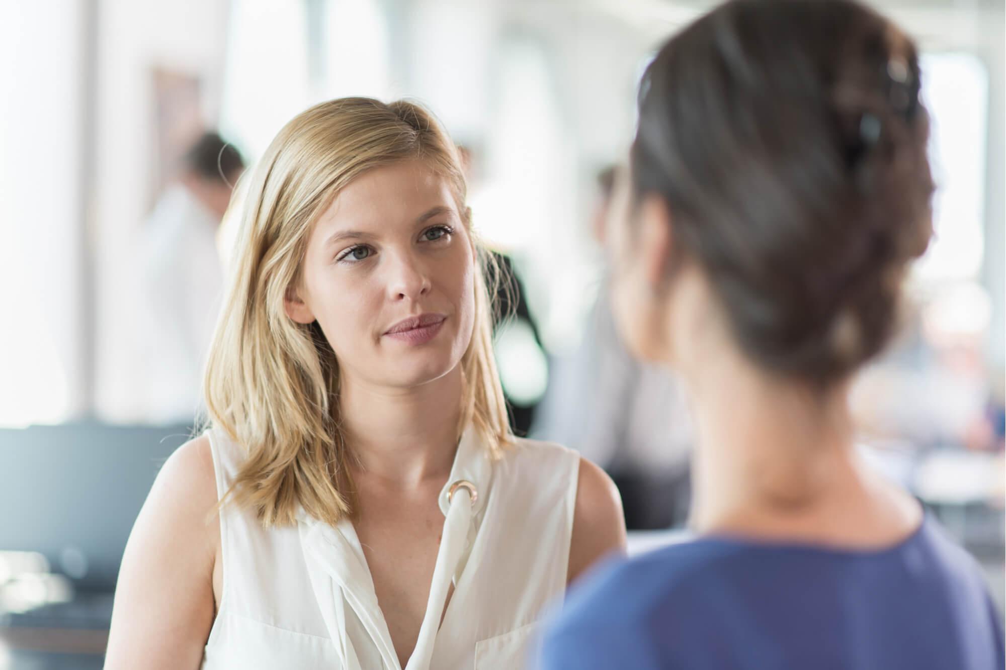 メンタルカウンセリングを受けて集中力を高める女性クライアント