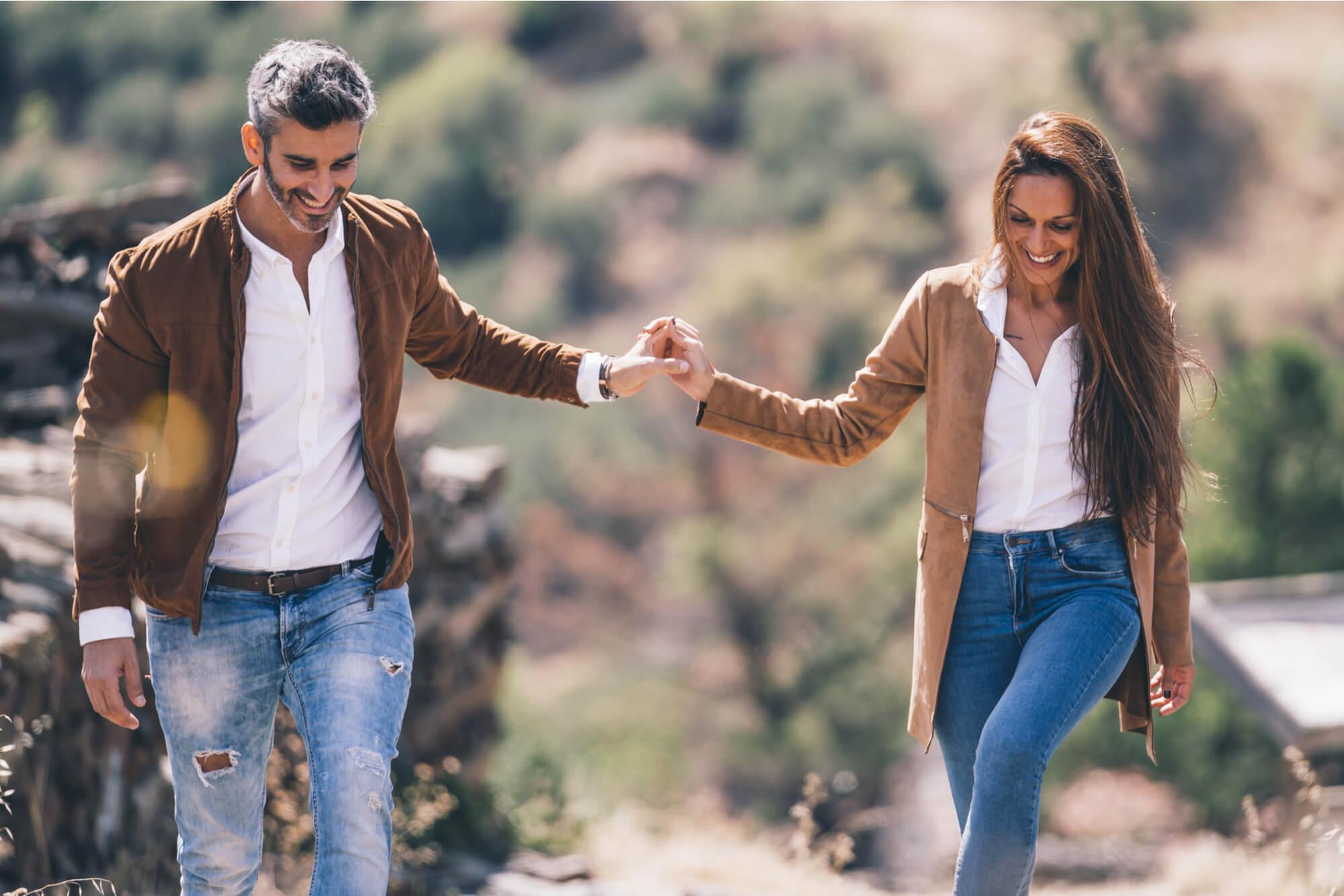魅力的なファッションで仲良く散歩するカップル