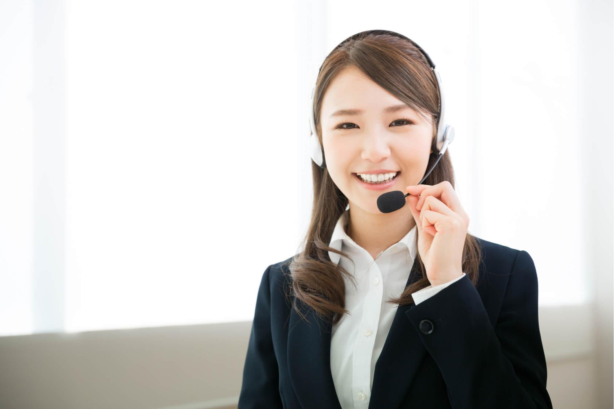 クライアントに折り返し確認の電話をする女性