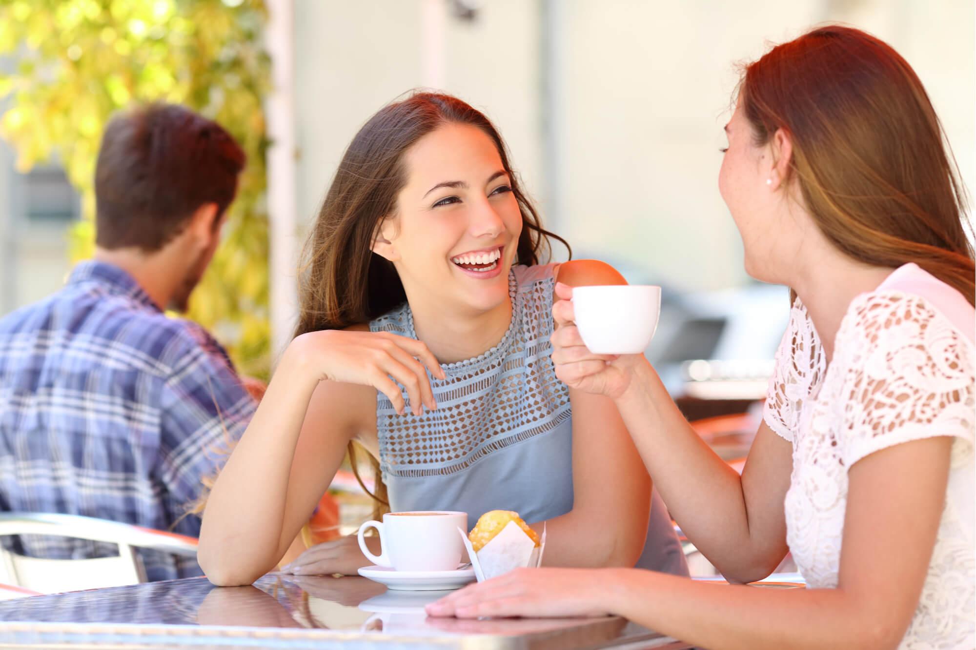 ティータイムにメンタルケアサポートを受ける女性