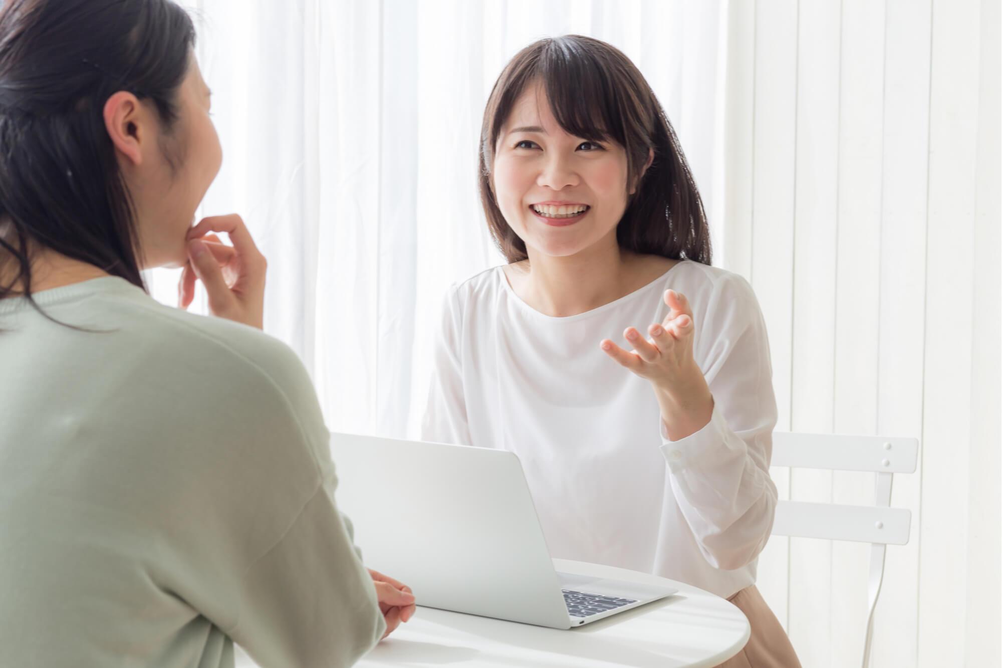 メンタルトレーニングを受けて自信を持てるようになり笑顔になった若い女性