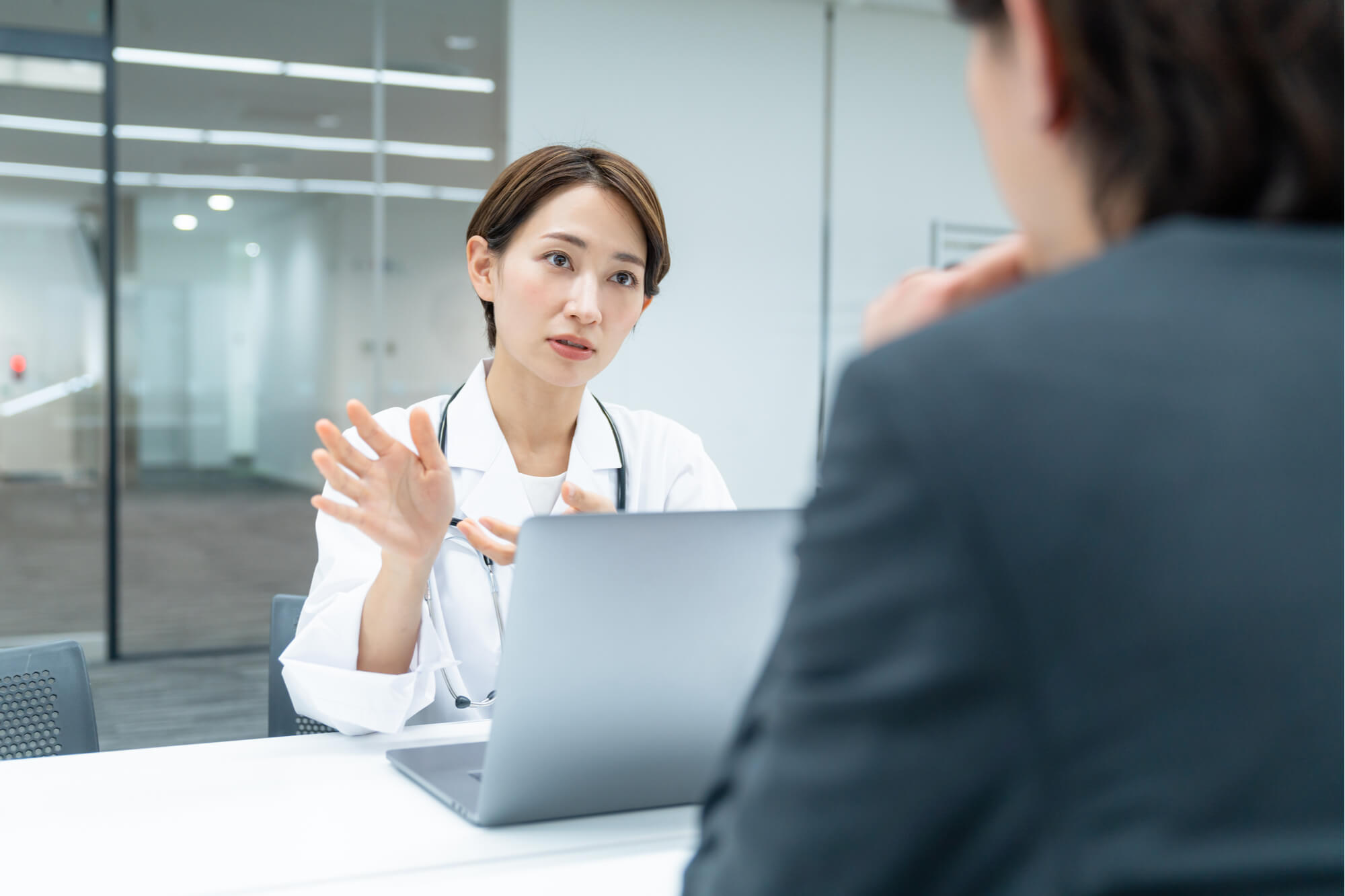 クライアントの問題を分析しベストな解決方法を説明する女性カウンセラー